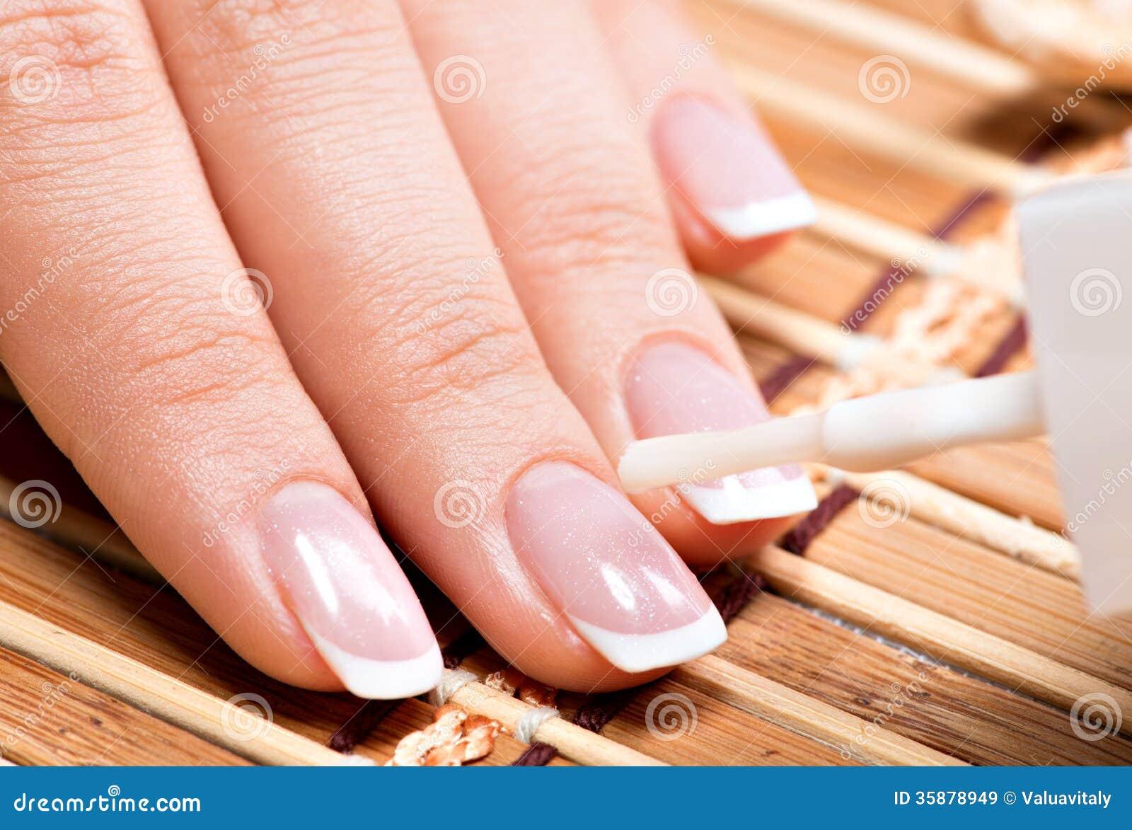 Vrouw in een spijkersalon die manicure ontvangen