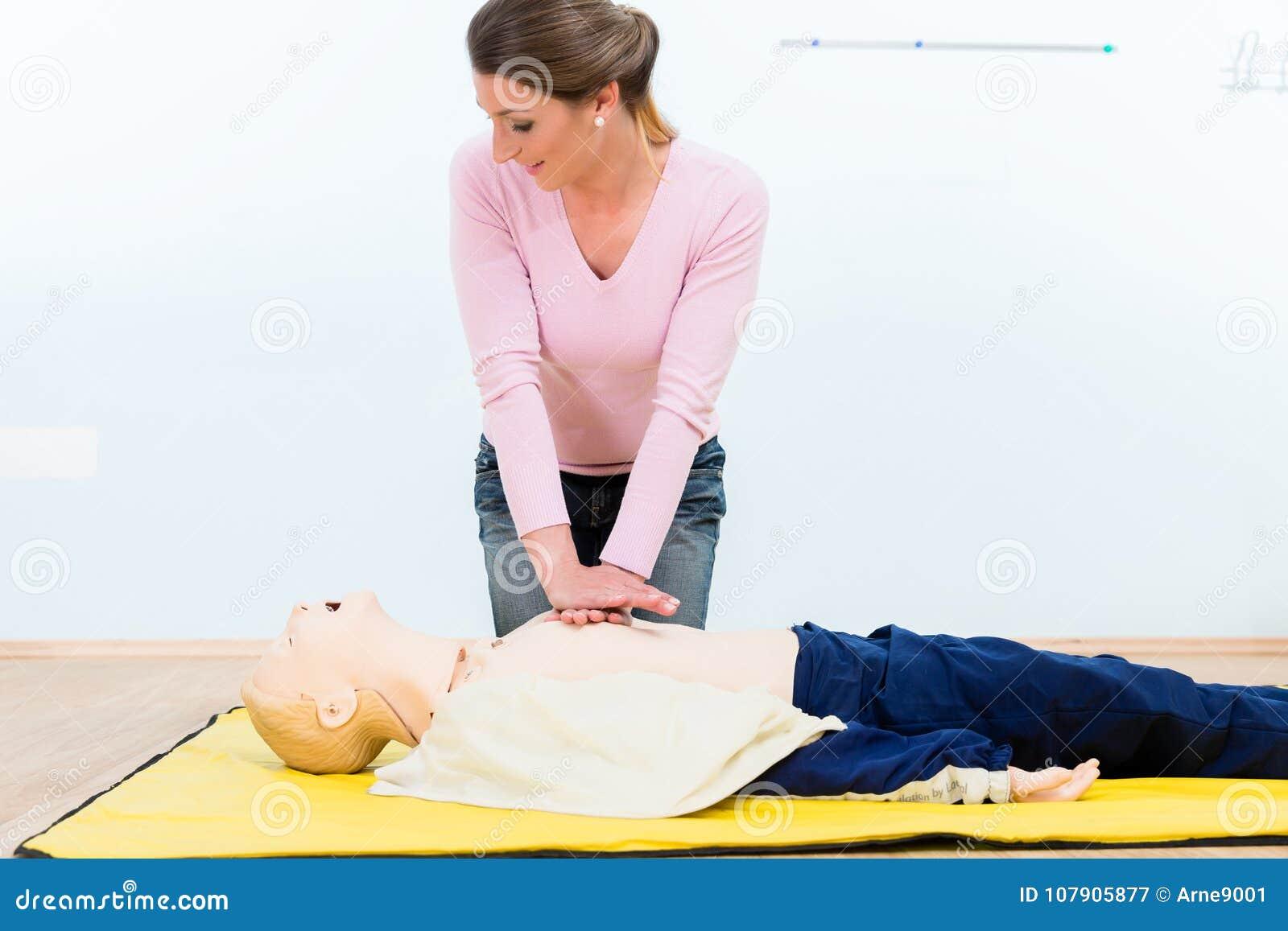 Vrouw in eerste hulpcursus het praktizeren hartmassage