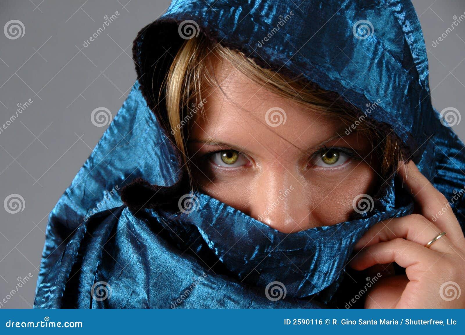Vrouw en blauwe sluier