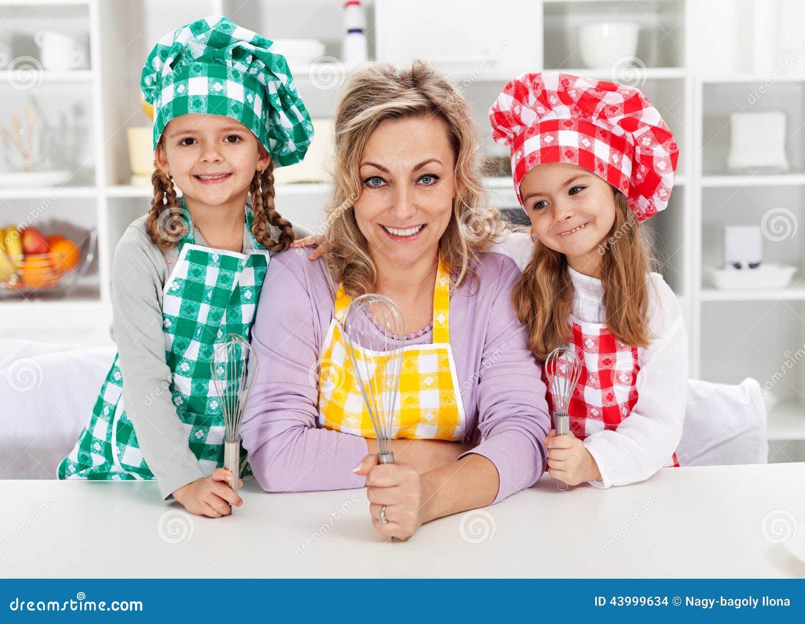 Vrouw en haar weinig helperchef-koks