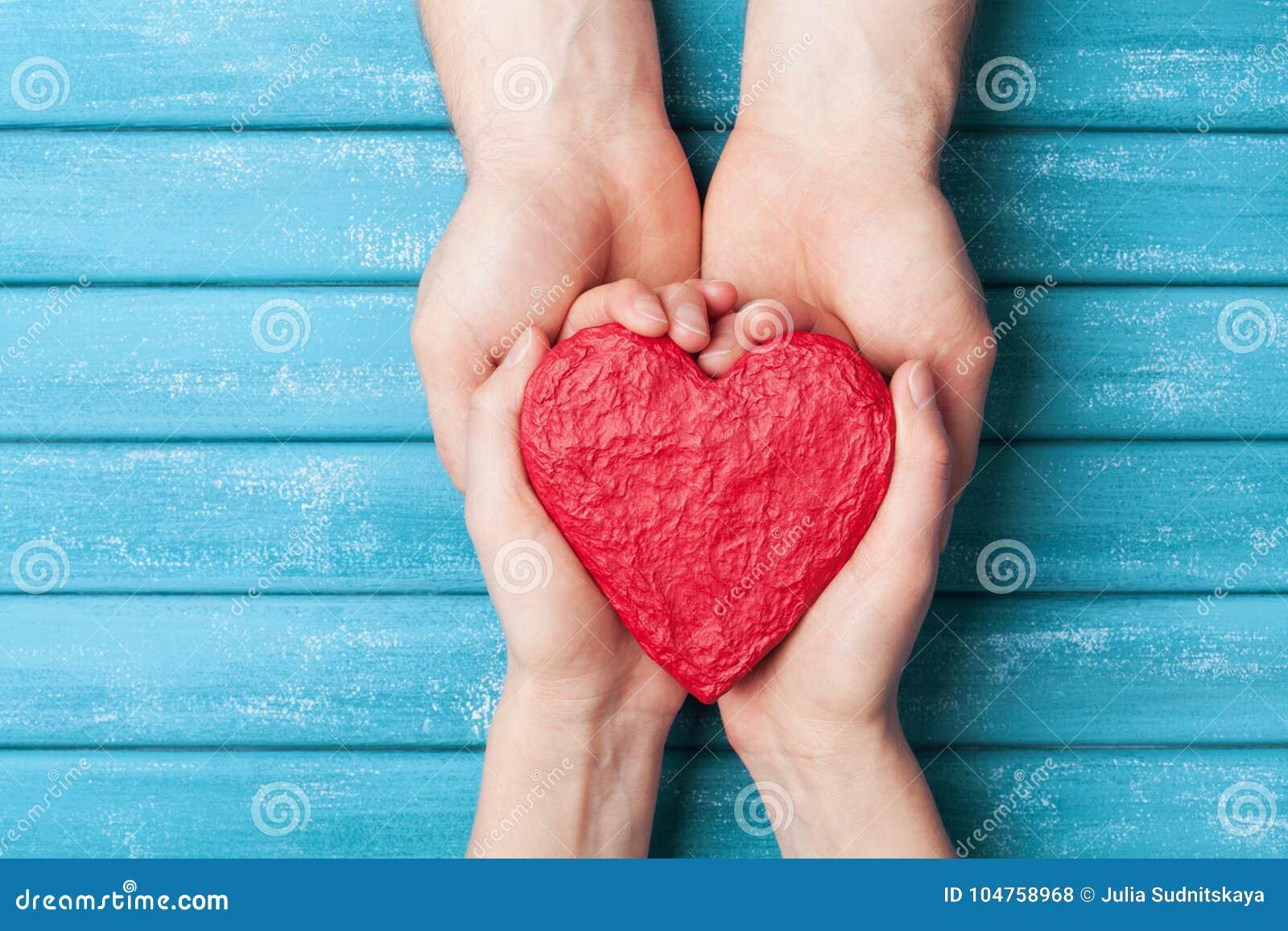 Vrouw en man handen die rode vorm van hart houden De achtergrond van de de valentijnskaartdag van heilige Verhouding, familie en