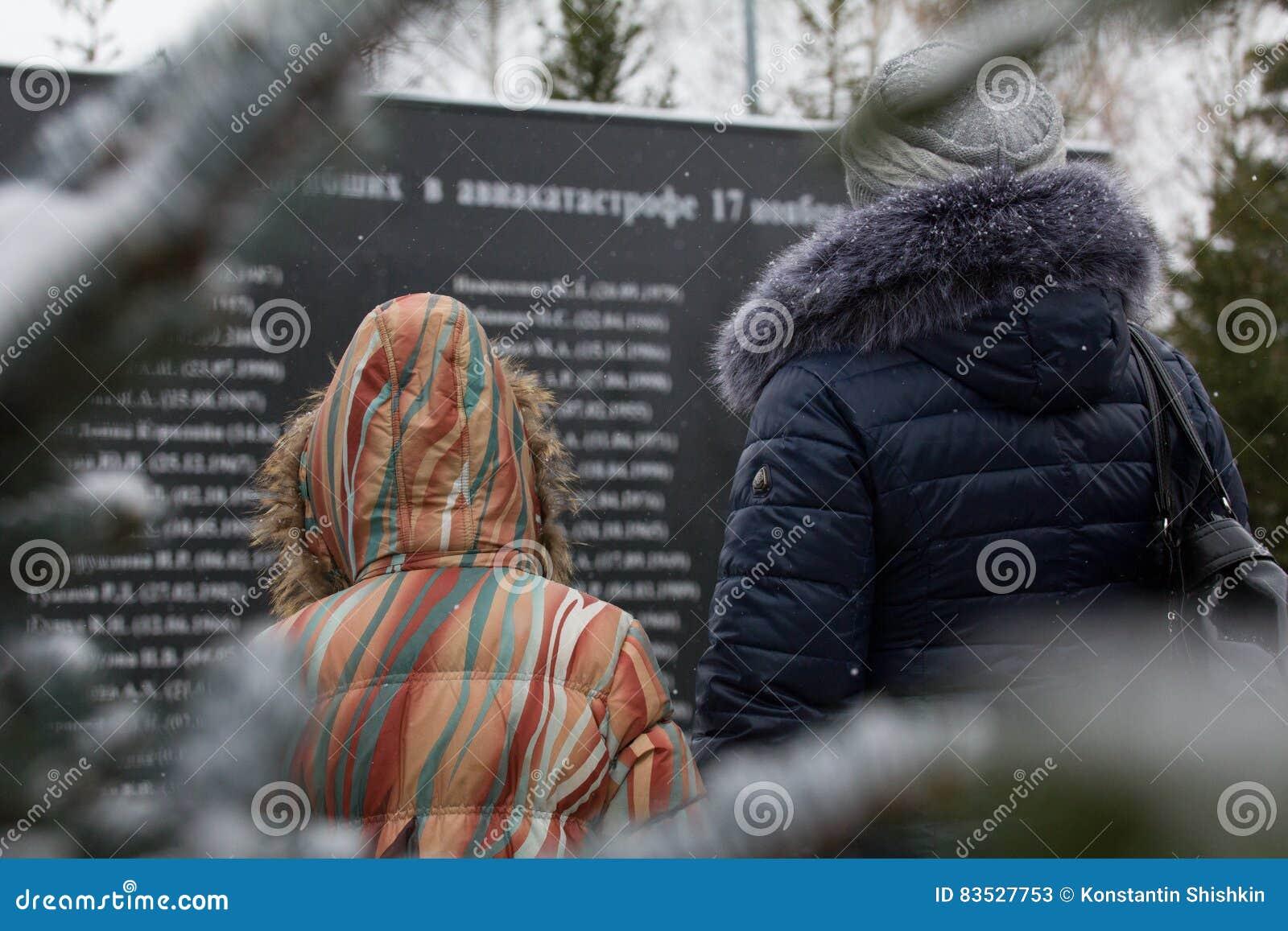 Vrouw en meisje bezoeken werd het monument gebroken in vliegtuigneerstorting