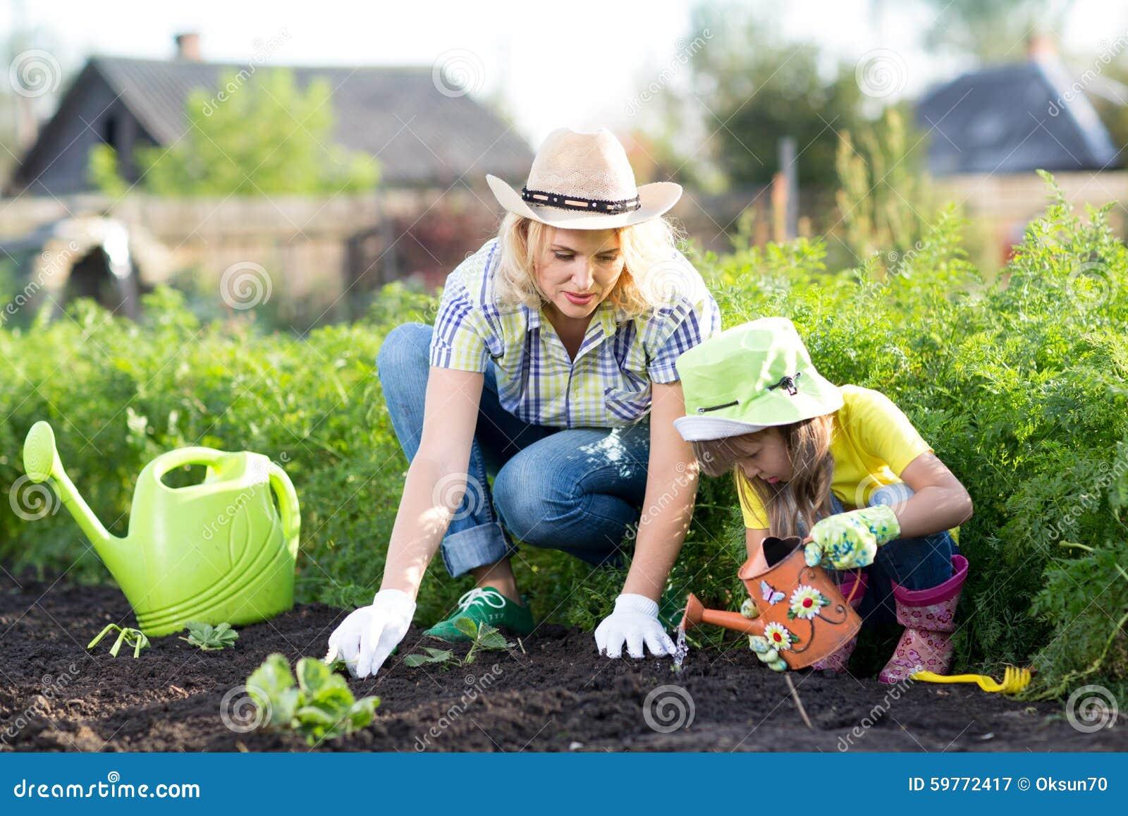 Vrouw en meisje, moeder en dochter, het tuinieren