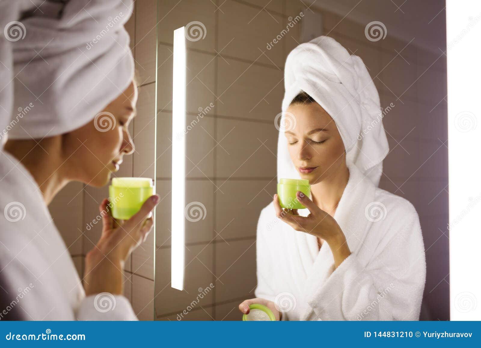Vrouw en spiegel in badkamers Holdingsroom