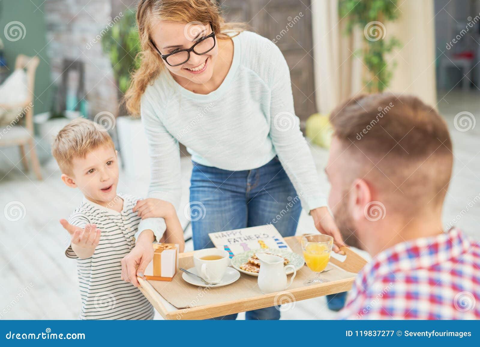 Vrouw en Zoons het Verrassen Papa