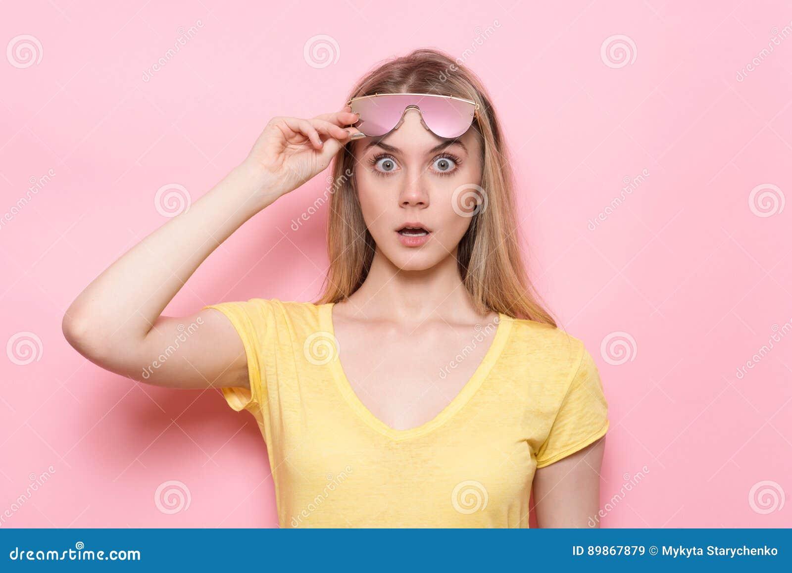 Vrouw geschokt gezicht met open mond en grote ogen