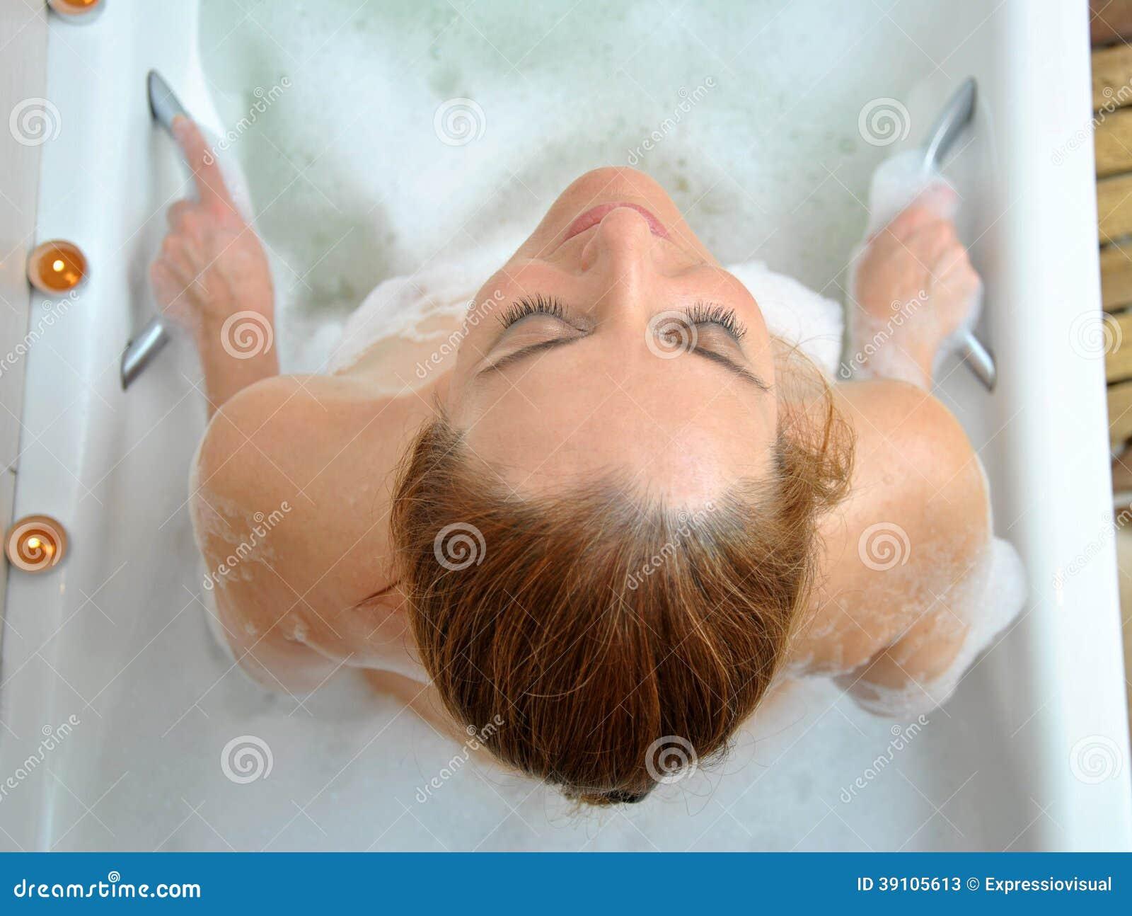 Vrouw het baden met heel wat schuim