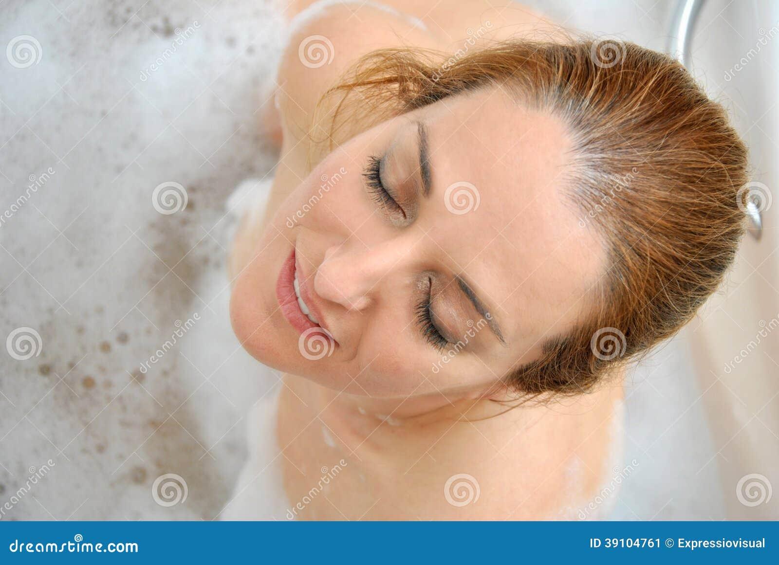 Vrouw het baden met heel wat schuim i
