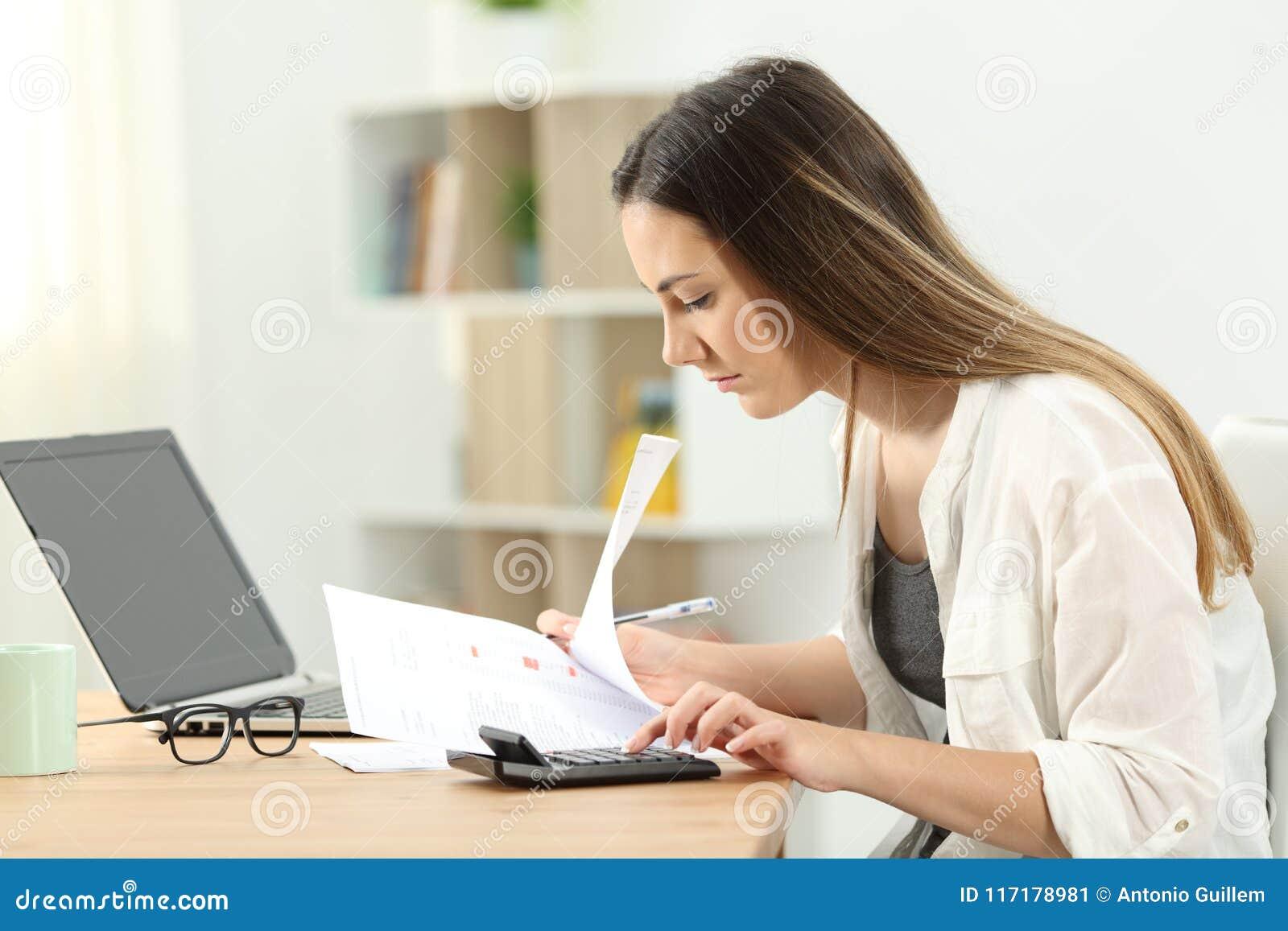 Vrouw het berekenen uitgaven thuis