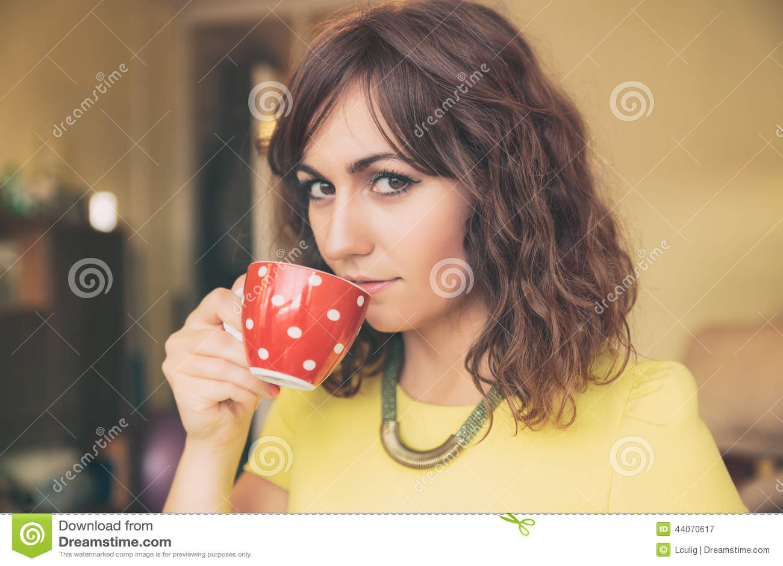 Vrouw het Drinken van Rode Polka Dot Tea Mug