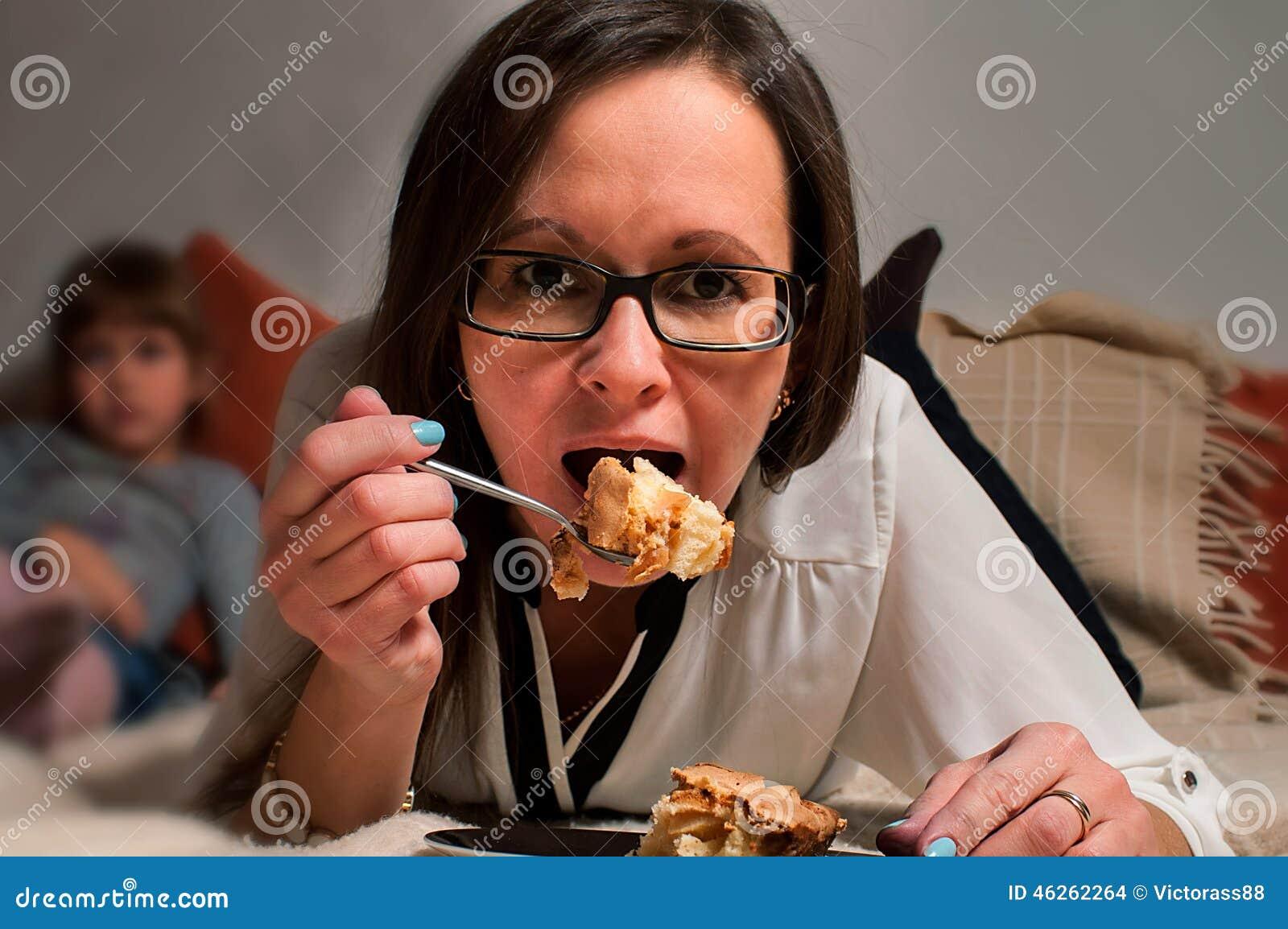 Vrouw het eten