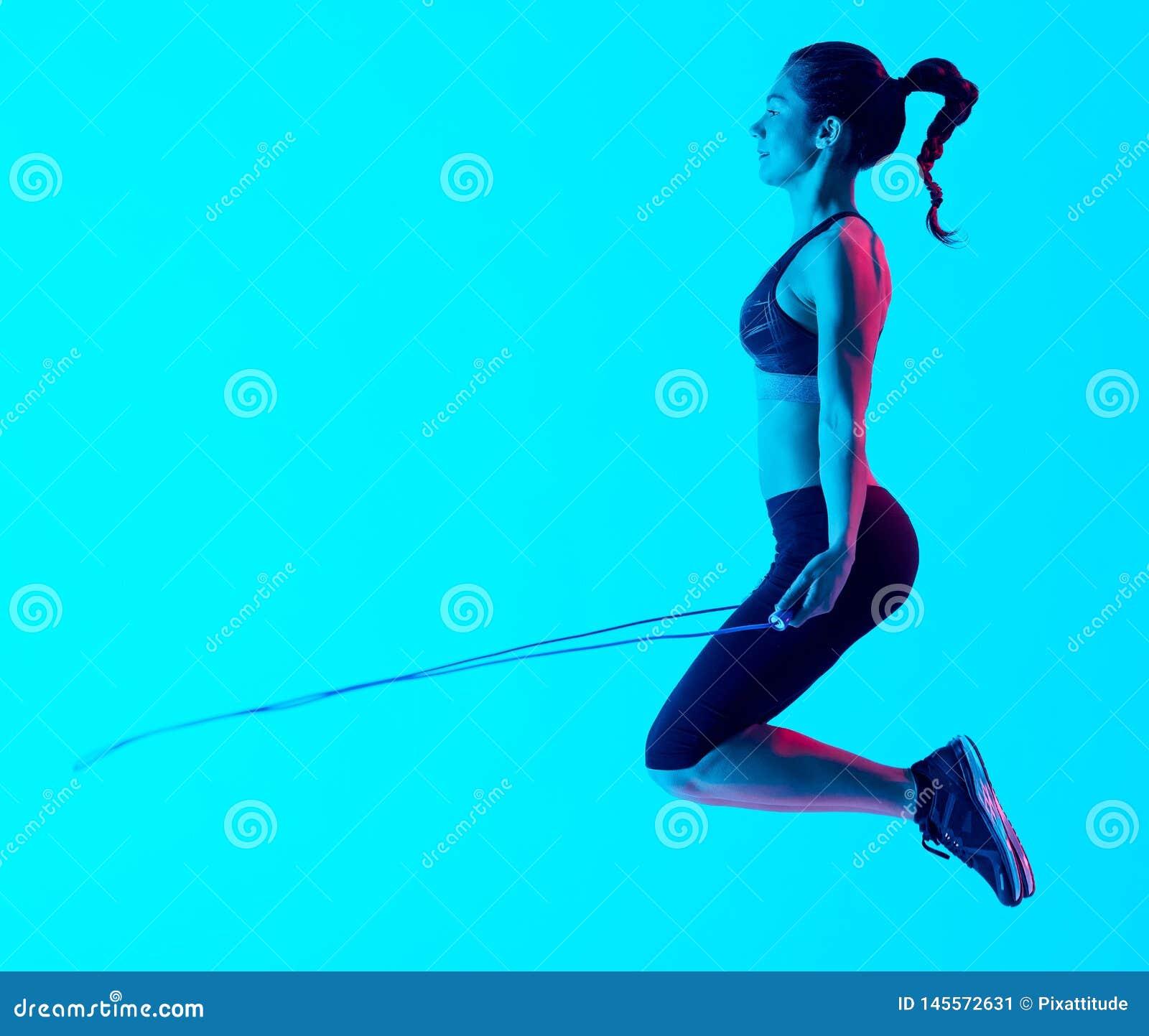 Vrouw het exercsing geïsoleerde exercices van de touwtjespringengeschiktheid