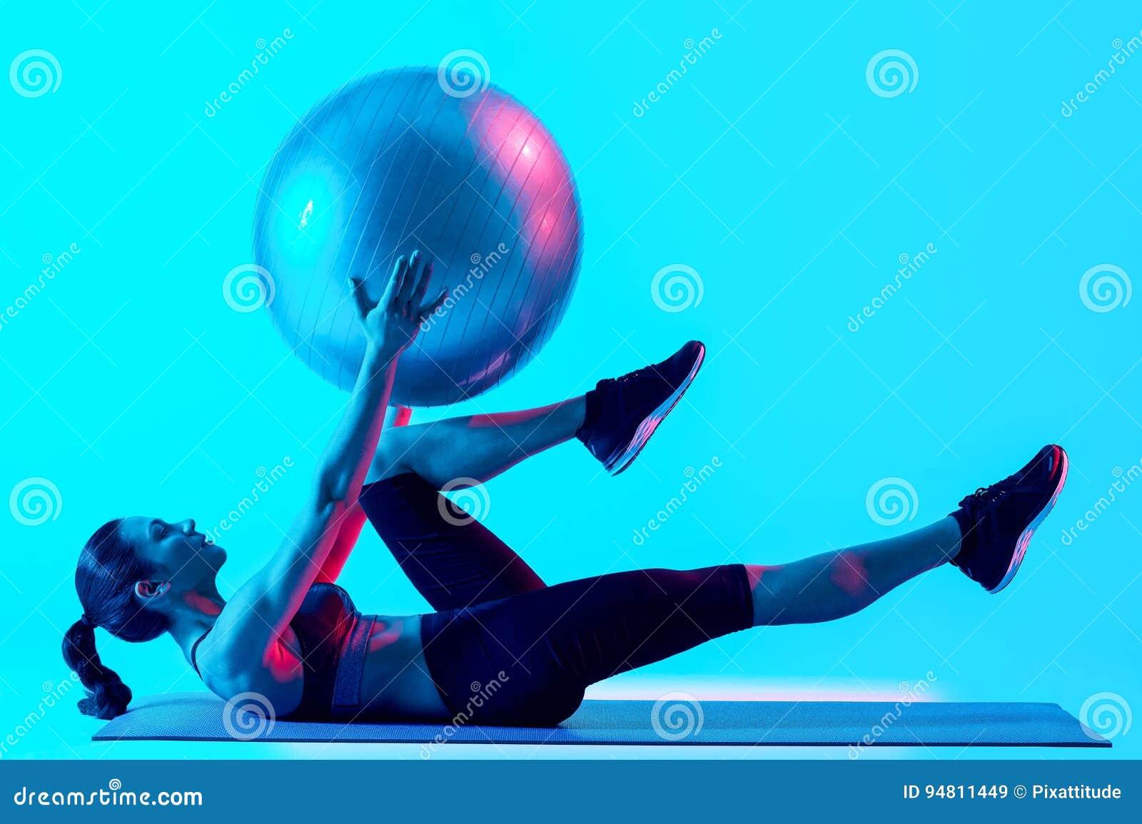 Vrouw het exercsing geïsoleerde geschiktheids pilates exercices
