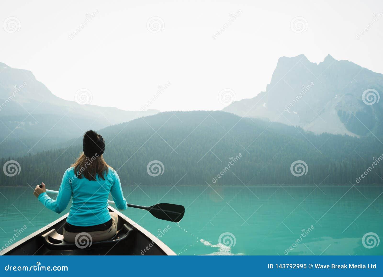 Vrouw het kayaking in meer