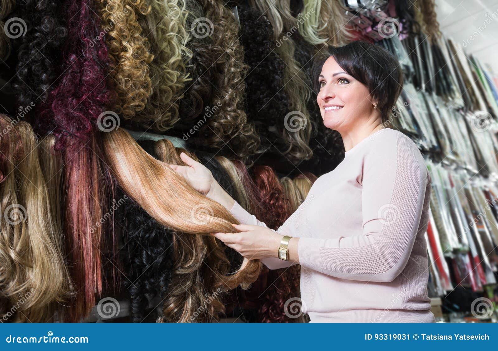 Vrouw het kopen bij de verschillende uitbreidingen van het kleurenhaar