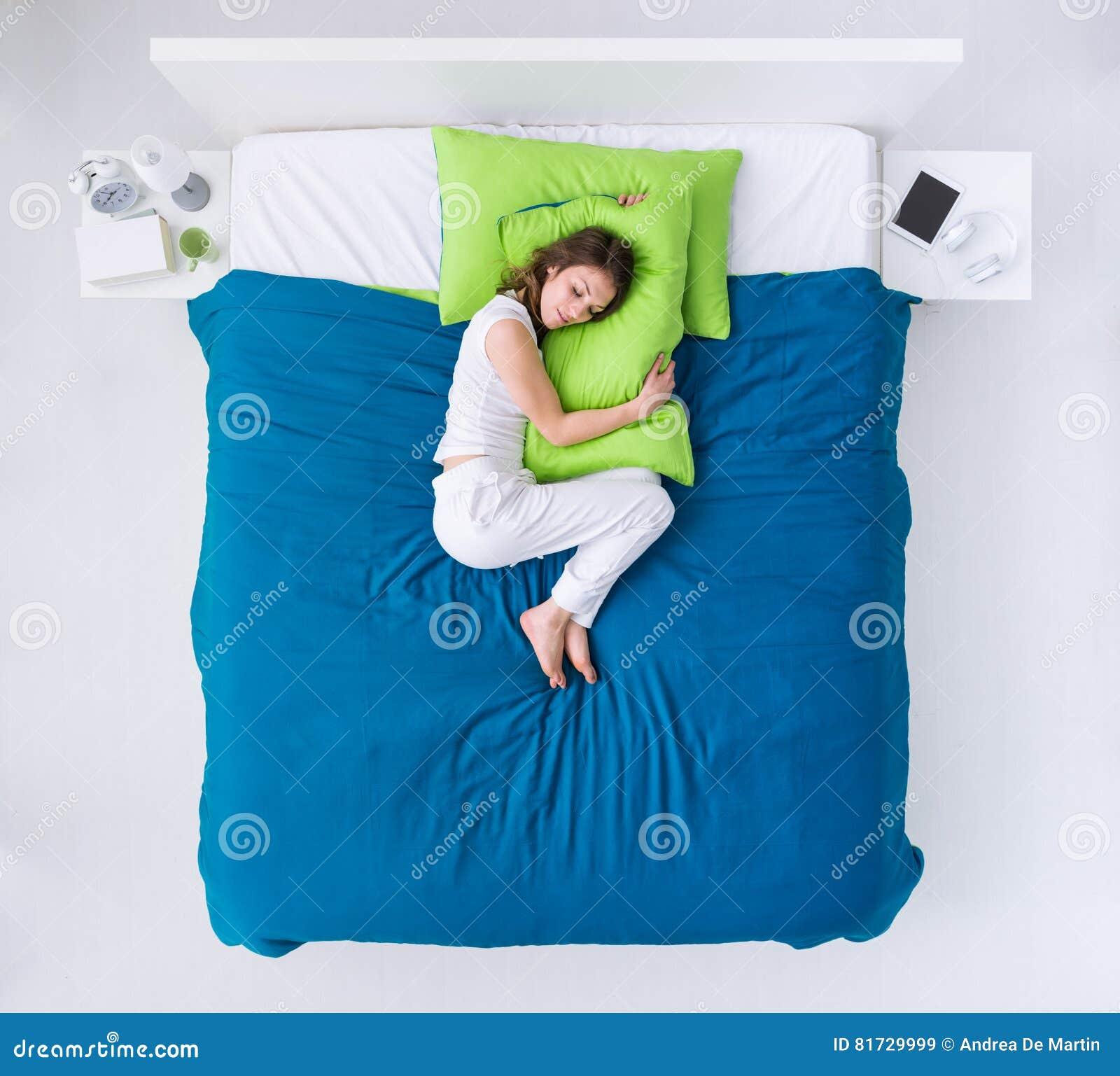 Vrouw het krullen omhoog in bed