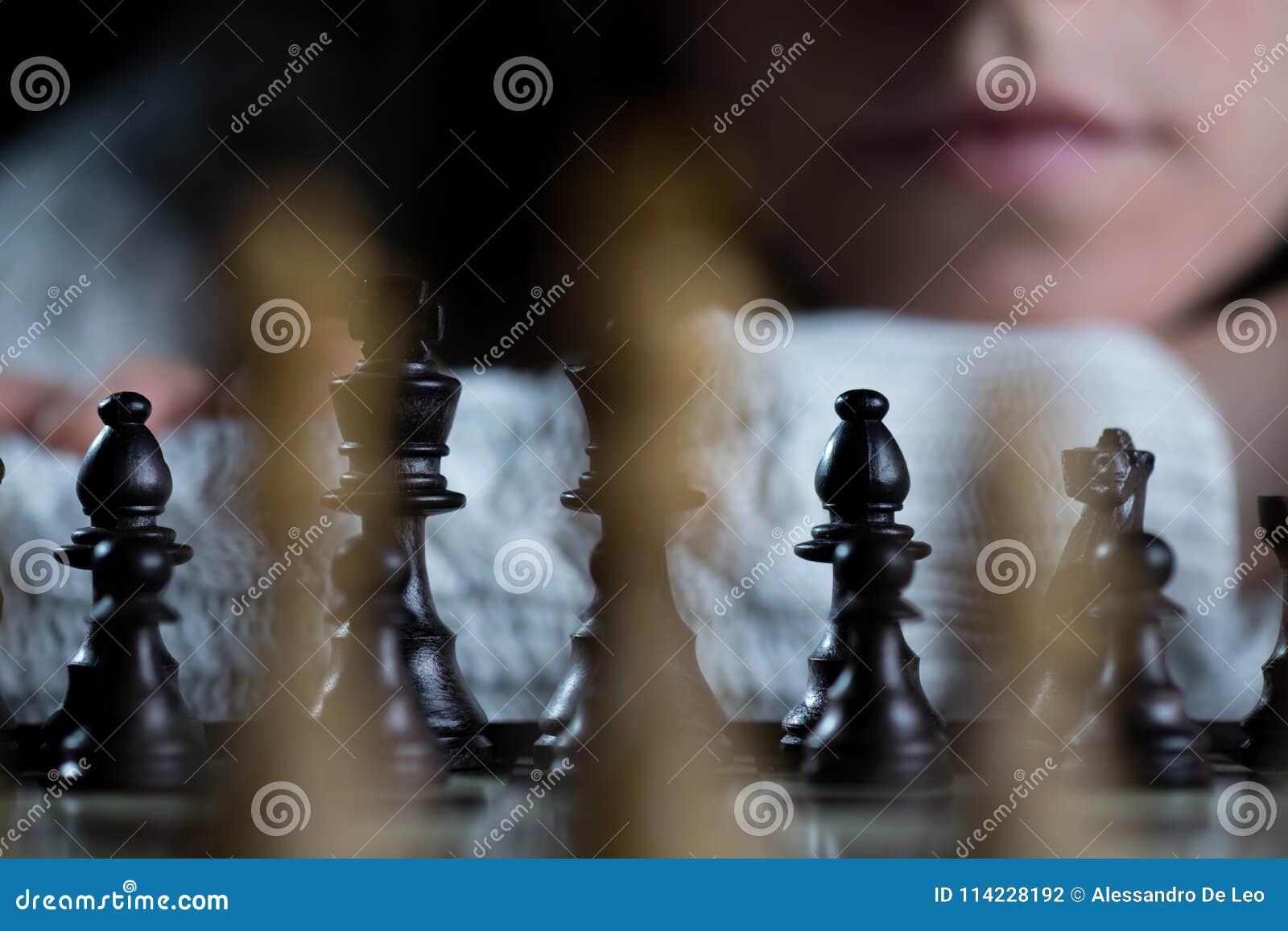 Vrouw het Letten op Schaakbord