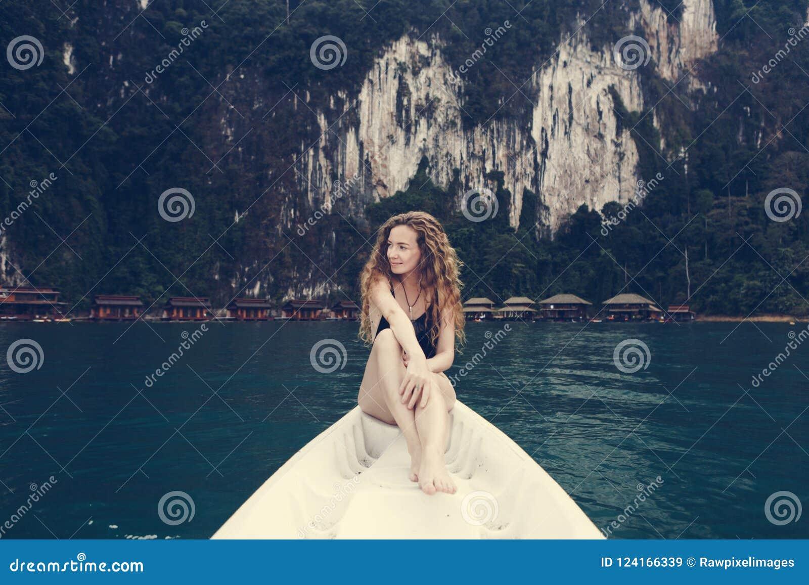 Vrouw het ontspannen op een kano bij een meer