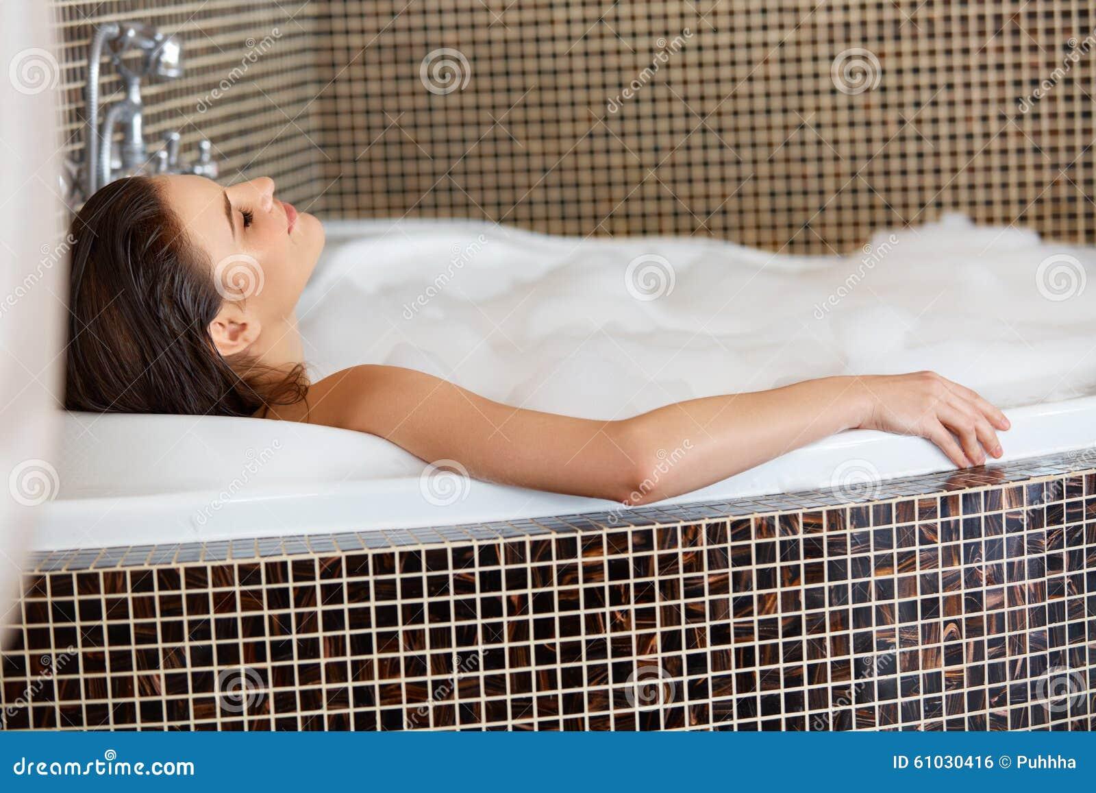 Vrouw het Ontspannen in Schuimbad De voet van de vrouw in het water