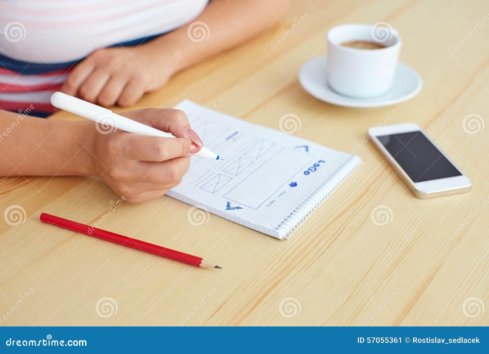 Vrouw het schetsen