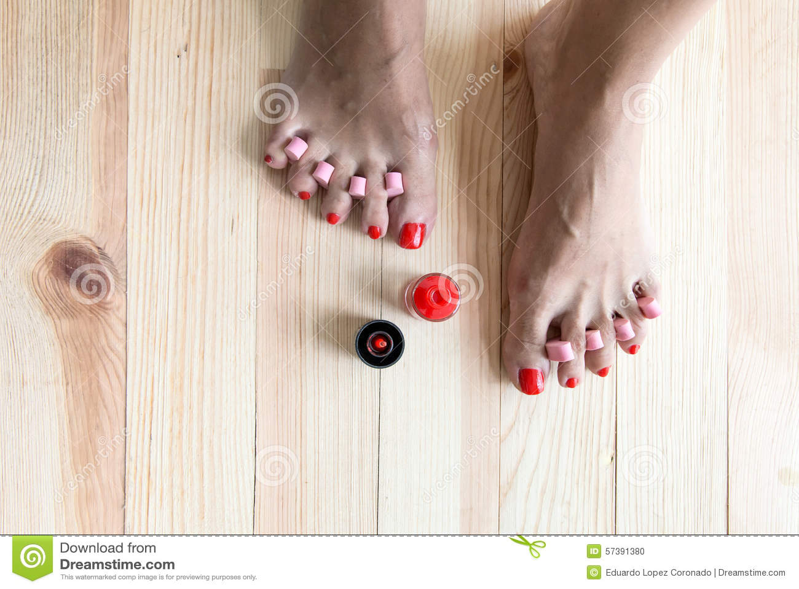 Vrouw het schilderen teenspijkers