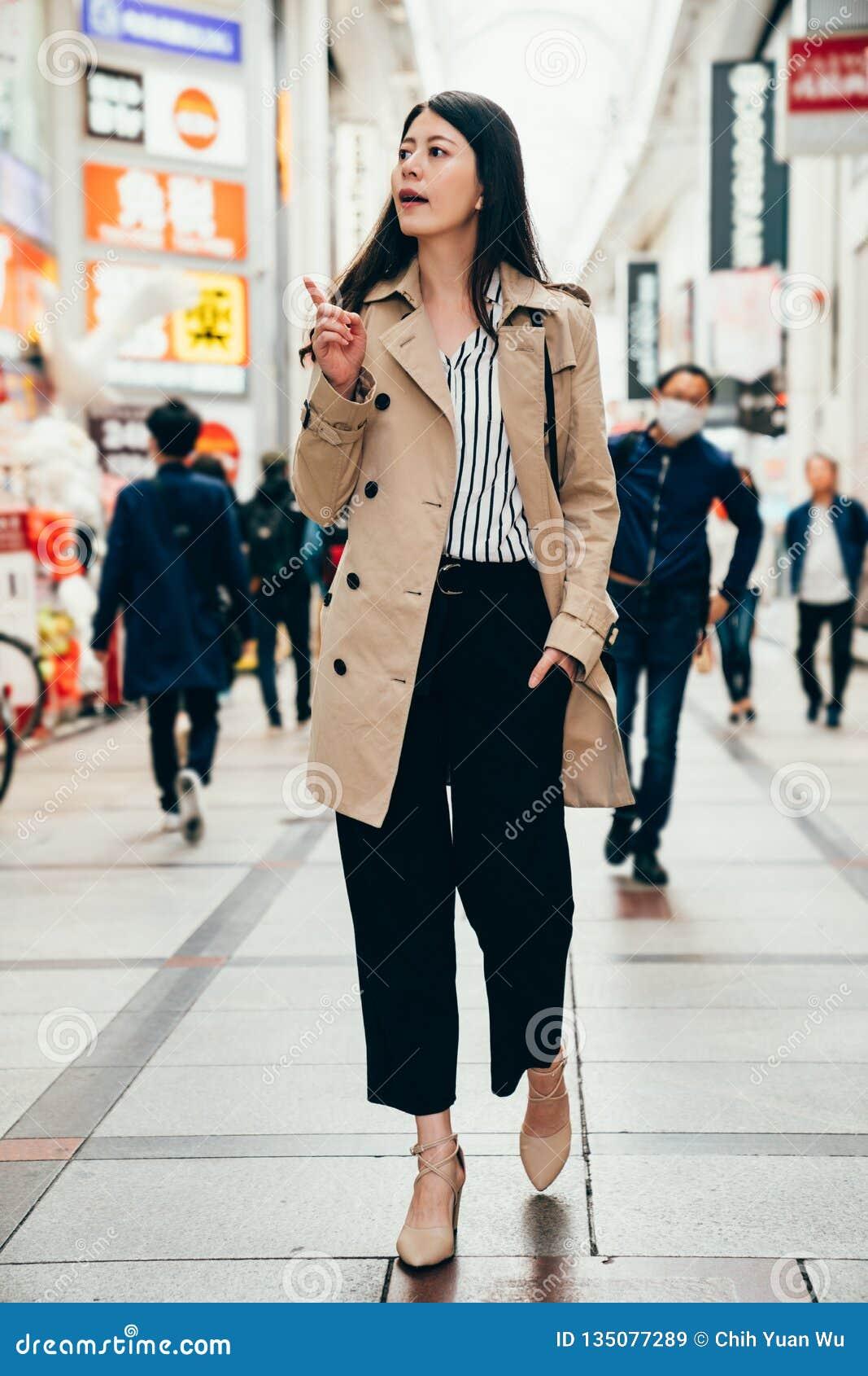Vrouw in het slimme toevallige kostuum blij lopen