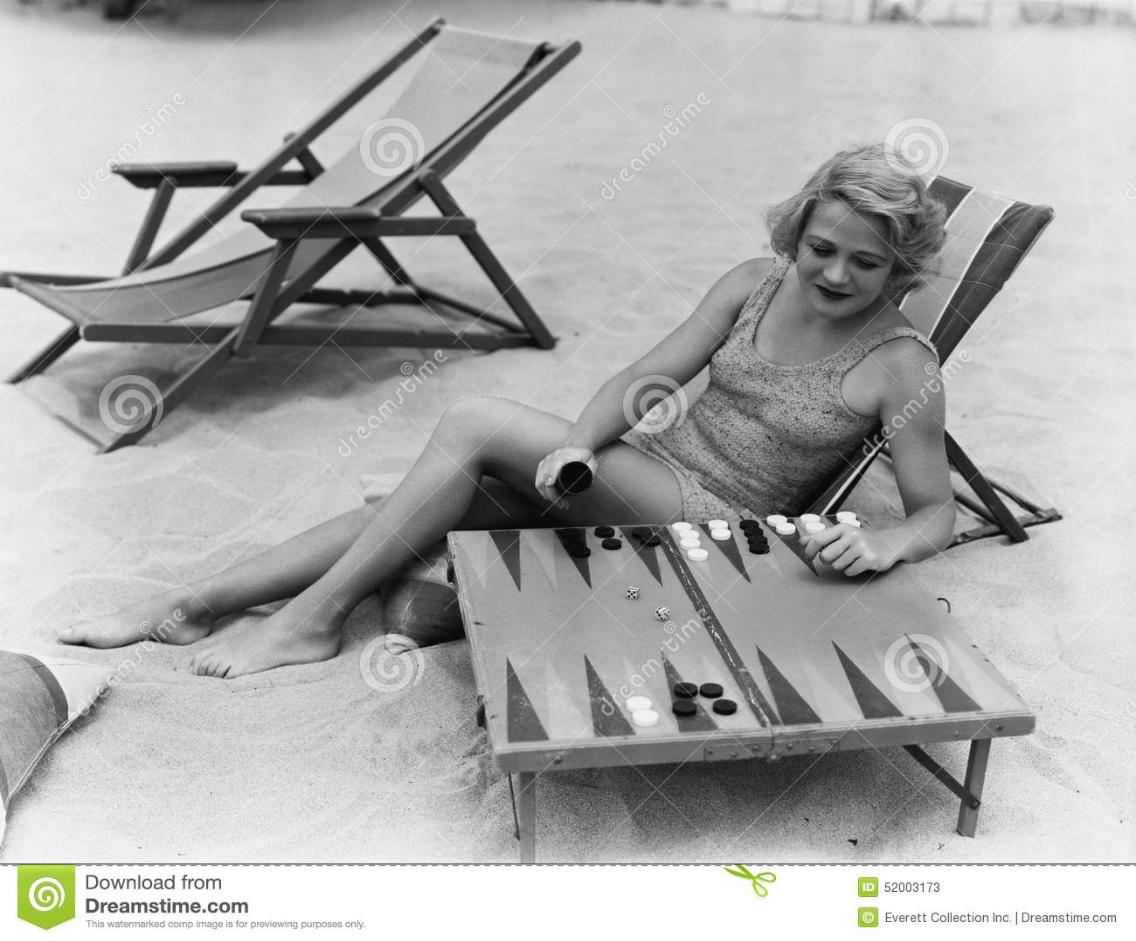 Vrouw het spelen backgammon op strand (Alle afgeschilderde personen leven niet langer en geen landgoed bestaat Leveranciersgarant