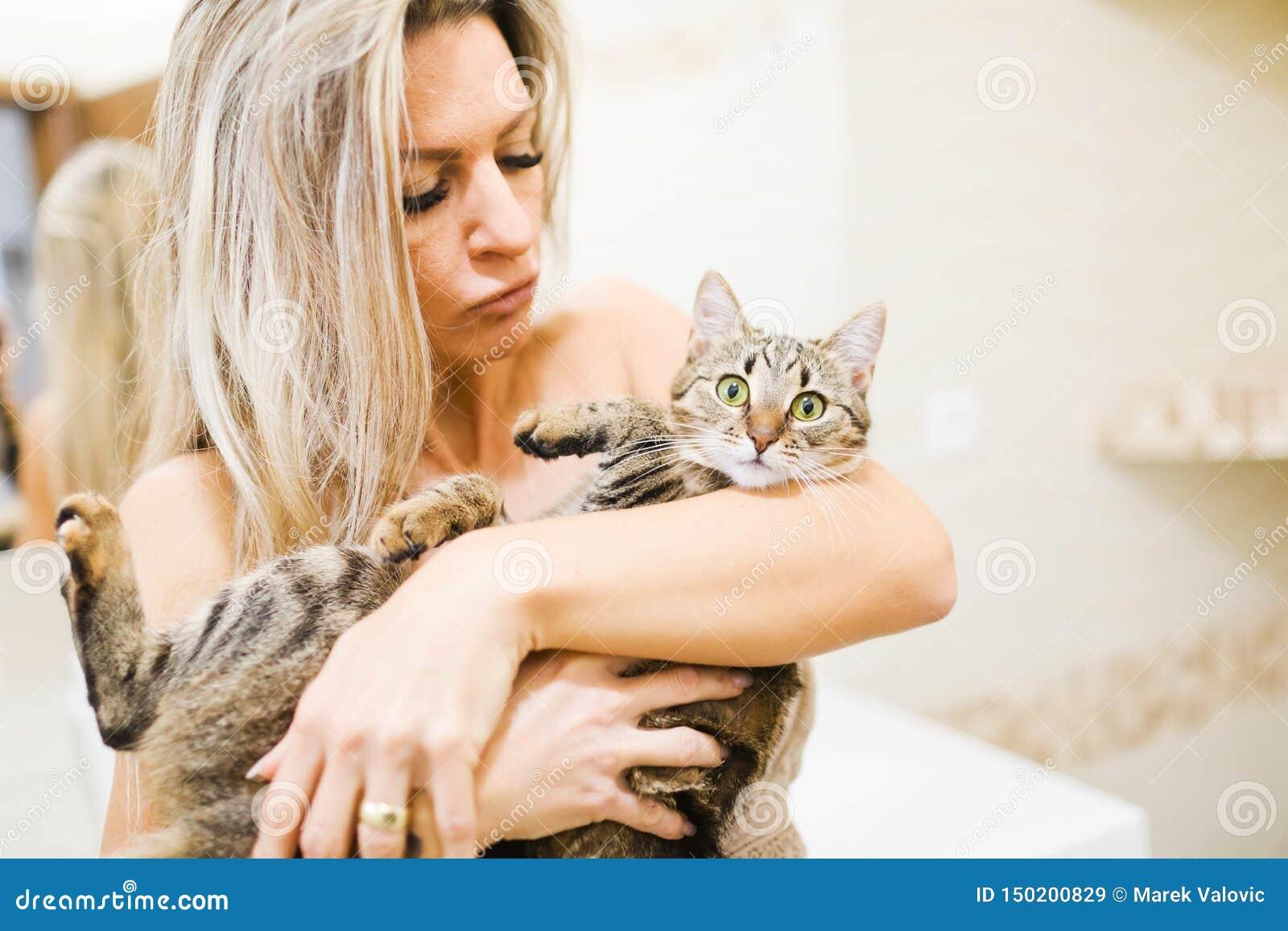 Vrouw het spelen met huiskat - mooi huisdier