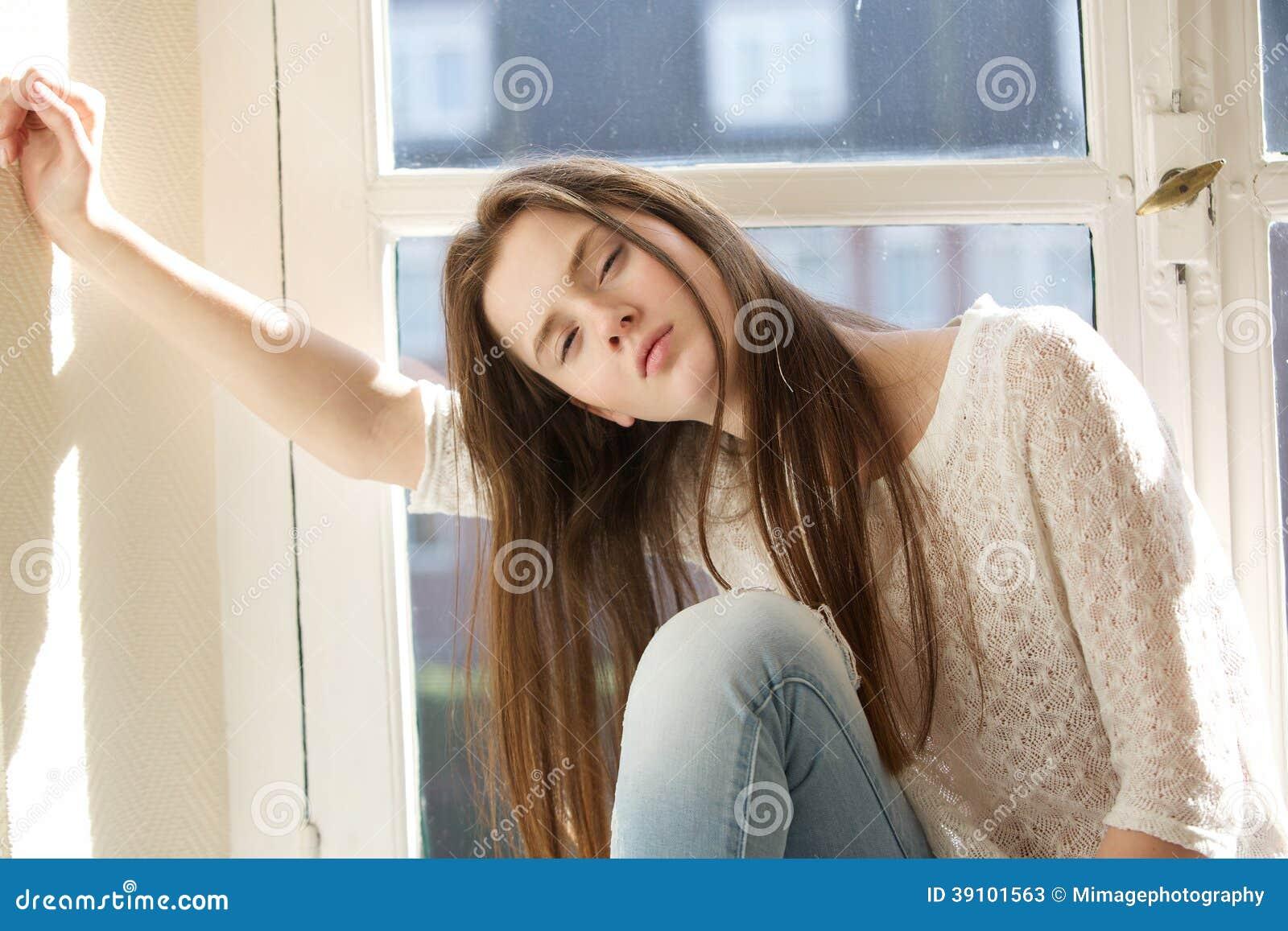 Vrouw het stellen binnen door venster