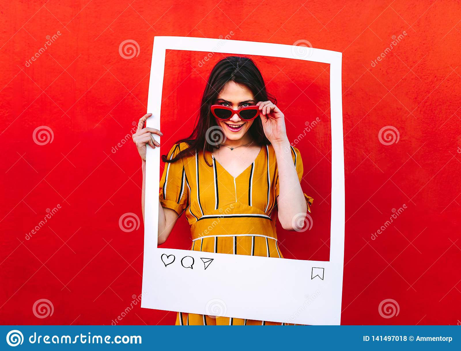Vrouw het stellen met het sociale kader van de netwerk postfoto