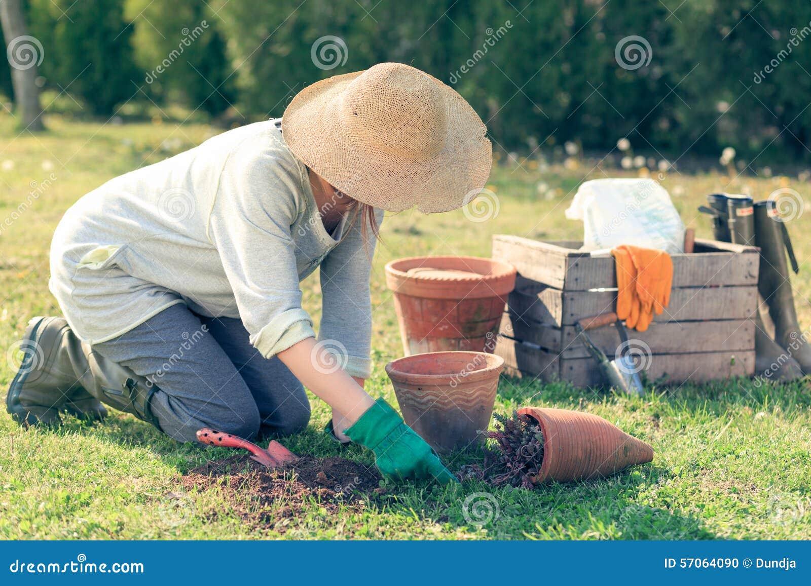 Vrouw het tuinieren