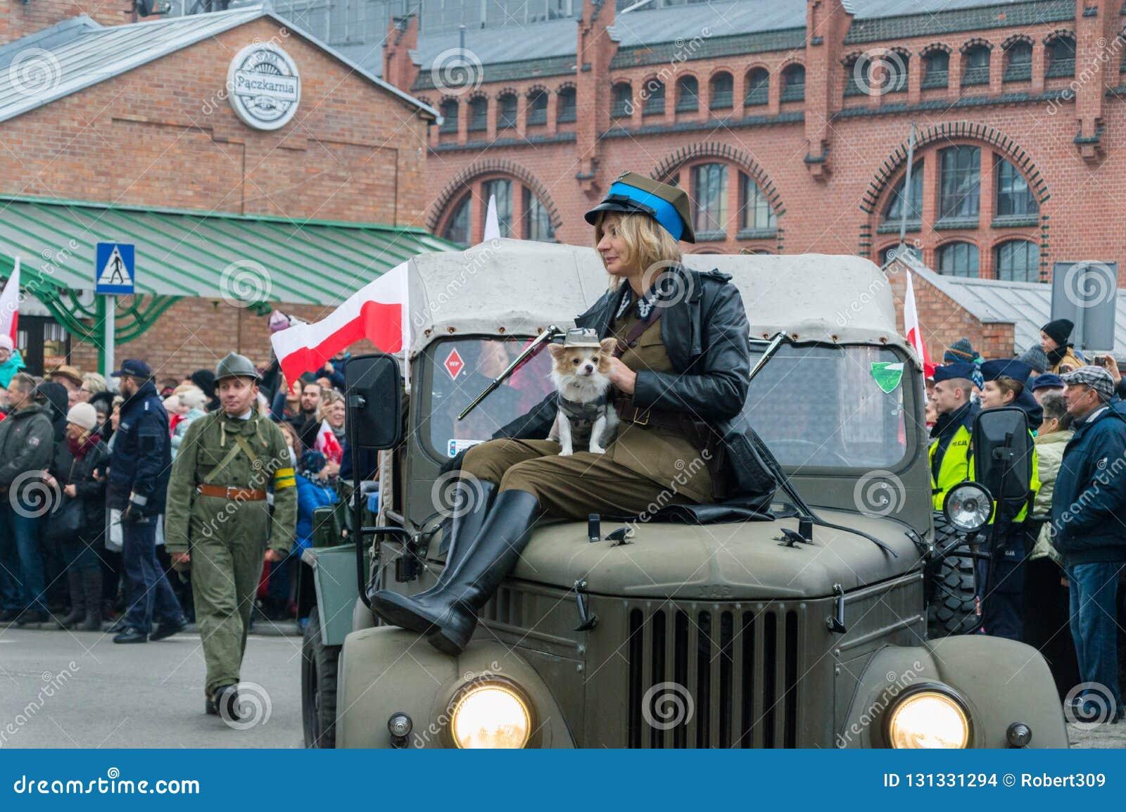 Vrouw In Historische Militair Eenvormig Met Hond Op De Auto Op 11