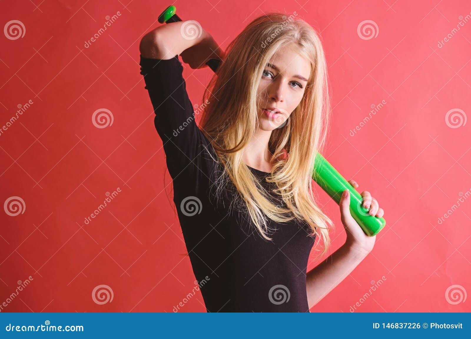 Vrouw in honkbalsport Concept van de honkbal het vrouwelijke speler Verzacht maar passend Schop weg Geconcentreerd op resultaat D