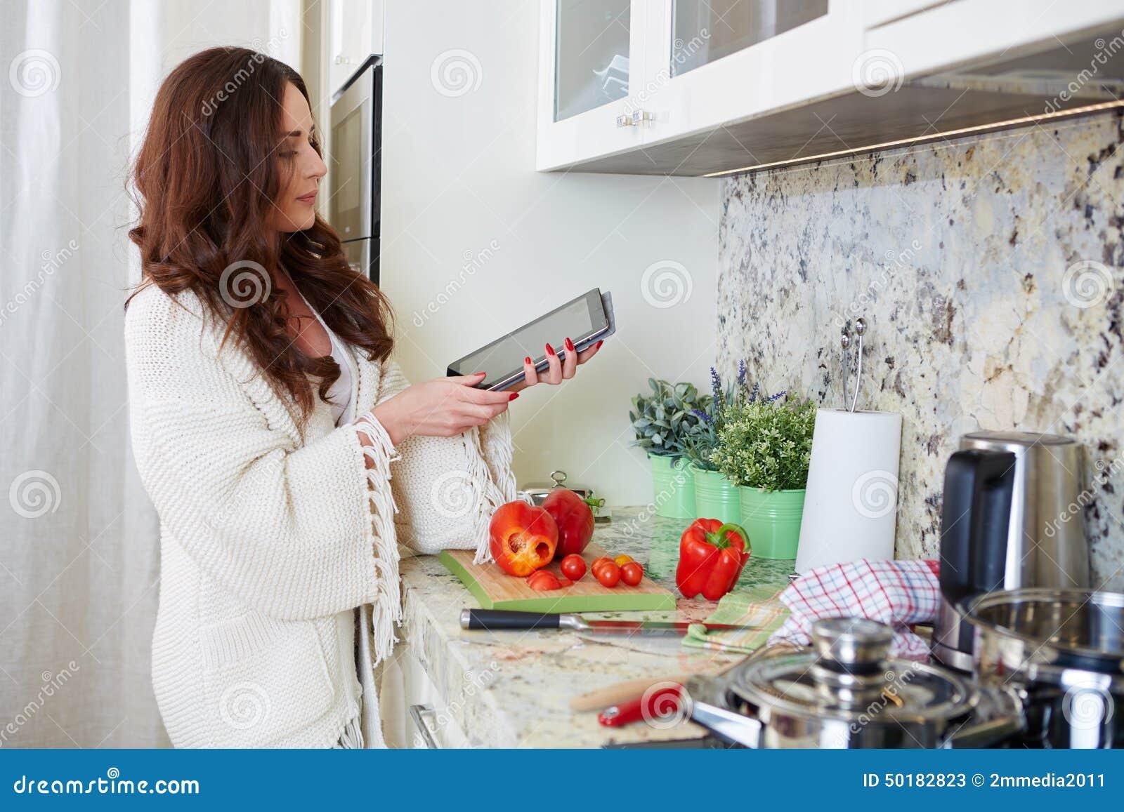 Vrouw in keuken