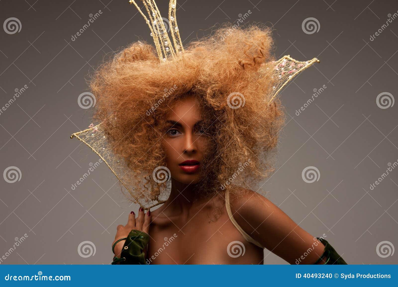 Vrouw in kroon met modieus haar