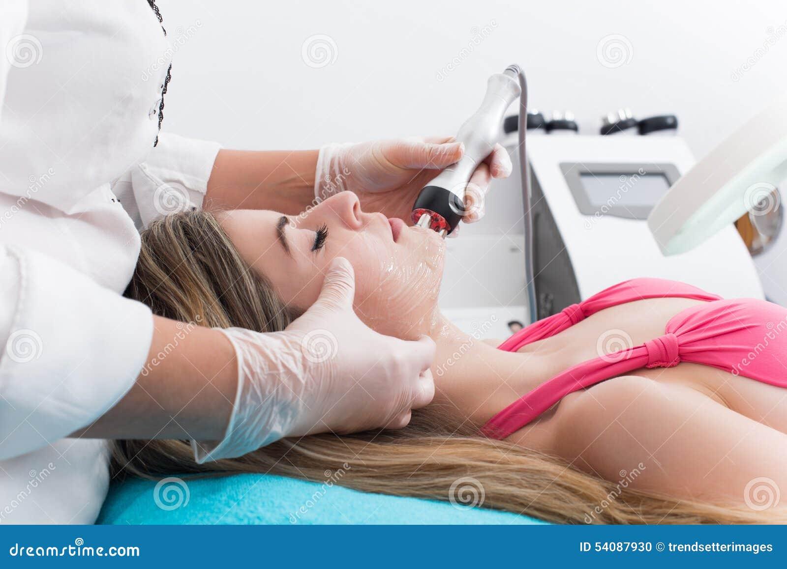 Vrouw in kuuroordkliniek