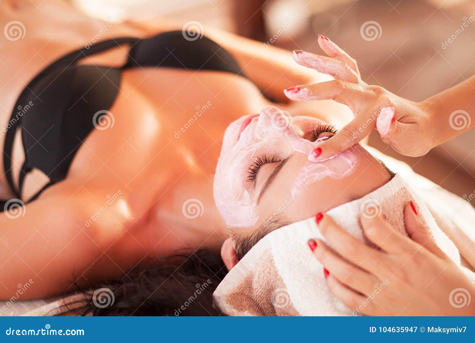 Download Vrouw In Kuuroordsalon De Mooie Vrouw Krijgt Kuuroordmasker Op Het Zonnige Strand In Kuuroord Stock Afbeelding - Afbeelding bestaande uit concept, mensen: 104635947