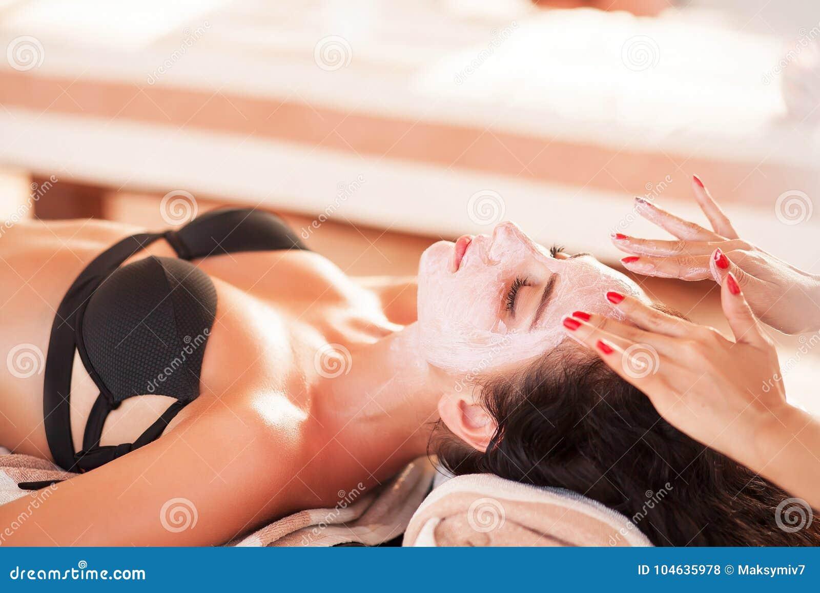 Download Vrouw In Kuuroordsalon De Mooie Vrouw Krijgt Kuuroordmasker Op Het Zonnige Strand In Kuuroord Stock Foto - Afbeelding bestaande uit medisch, outdoors: 104635978