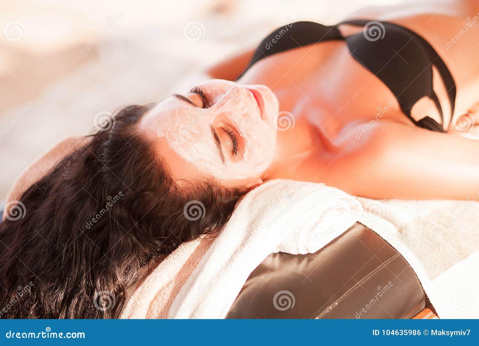 Download Vrouw In Kuuroordsalon De Mooie Vrouw Krijgt Kuuroordmasker Op Het Zonnige Strand In Kuuroord Stock Foto - Afbeelding bestaande uit naughty, schoonheid: 104635986
