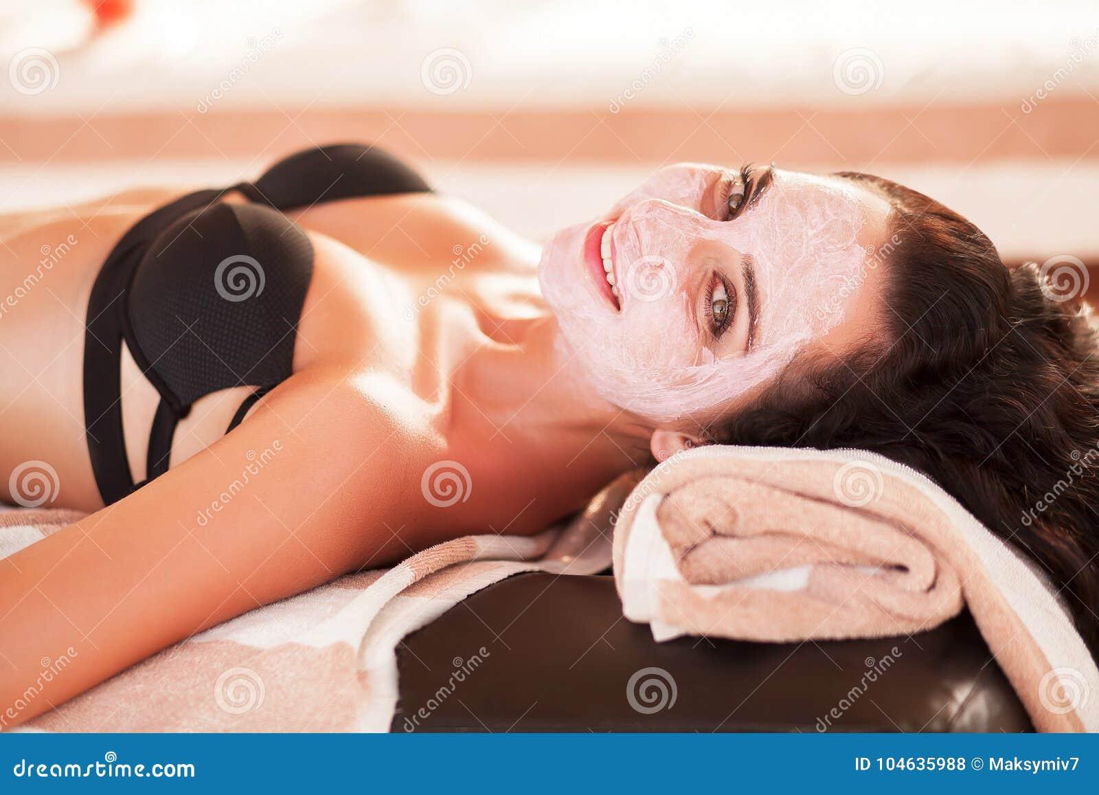 Download Vrouw In Kuuroordsalon De Mooie Vrouw Krijgt Kuuroordmasker Op Het Zonnige Strand In Kuuroord Stock Foto - Afbeelding bestaande uit gezicht, teint: 104635988