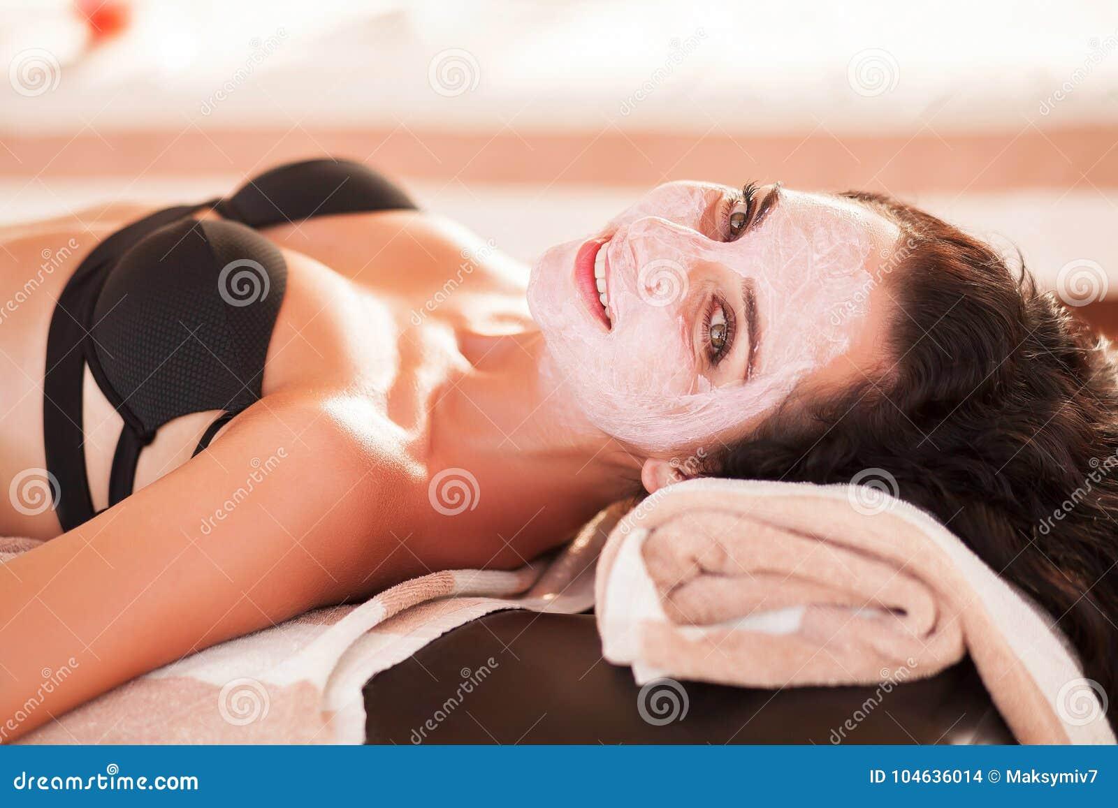 Download Vrouw In Kuuroordsalon De Mooie Vrouw Krijgt Kuuroordmasker Op Het Zonnige Strand In Kuuroord Stock Foto - Afbeelding bestaande uit outdoors, hoog: 104636014