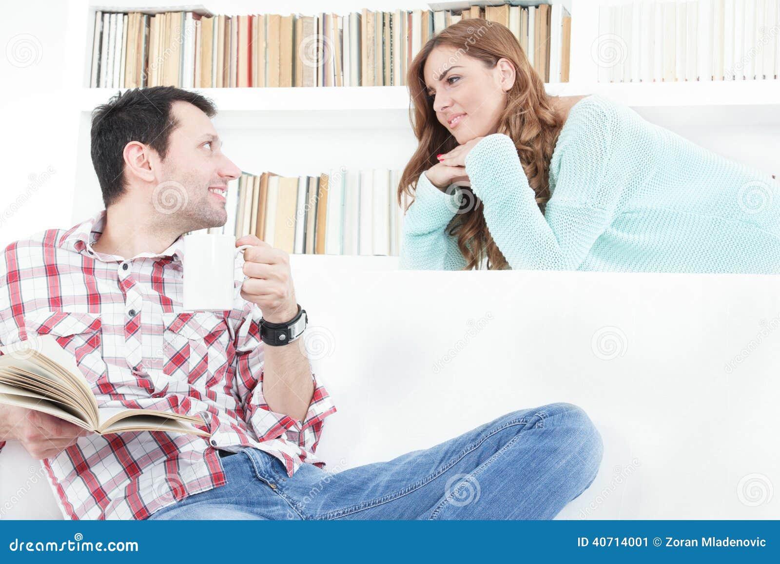 Vrouw in liefde die merkwaardig aan haar man het spreken luisteren