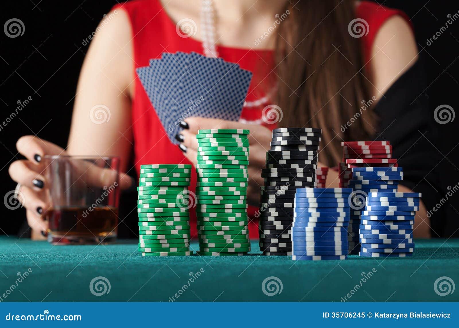 Vrouw met alcoholspeelkaarten