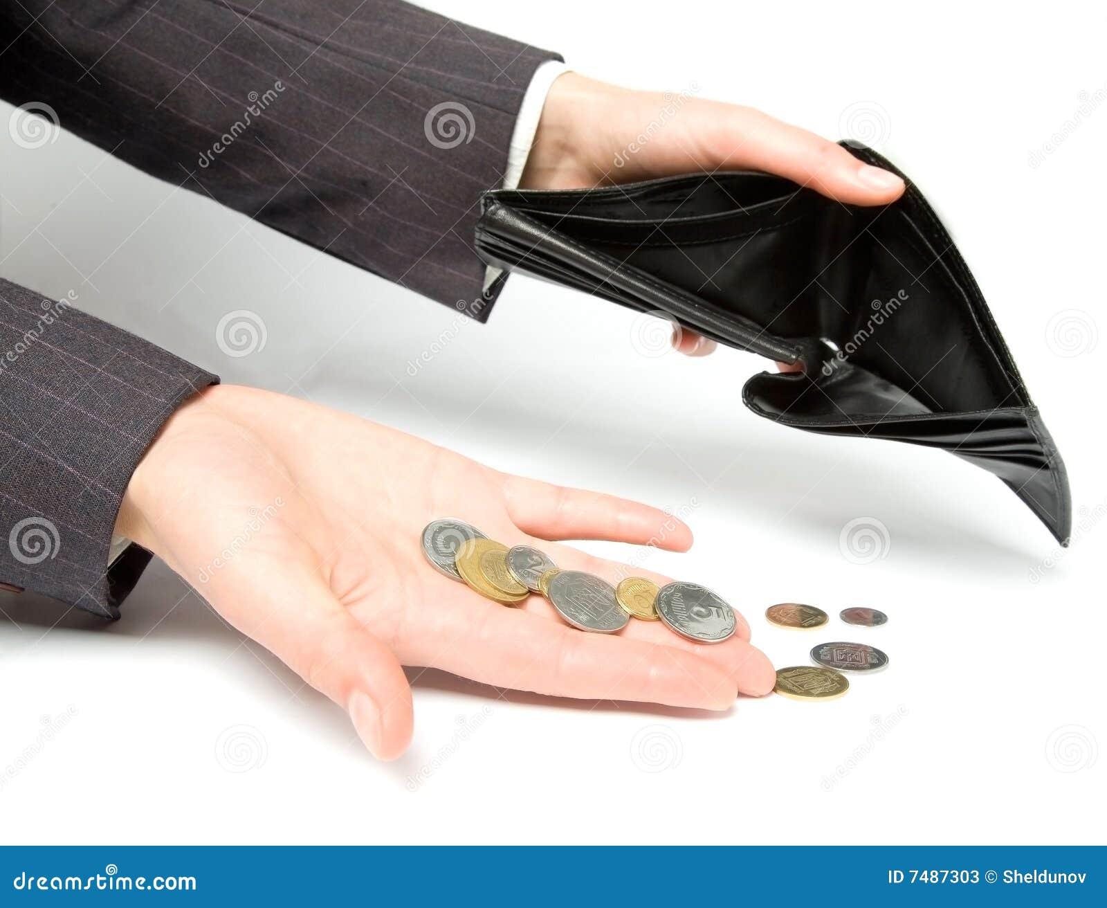 Vrouw met beurs die een geld in evenwicht brengt