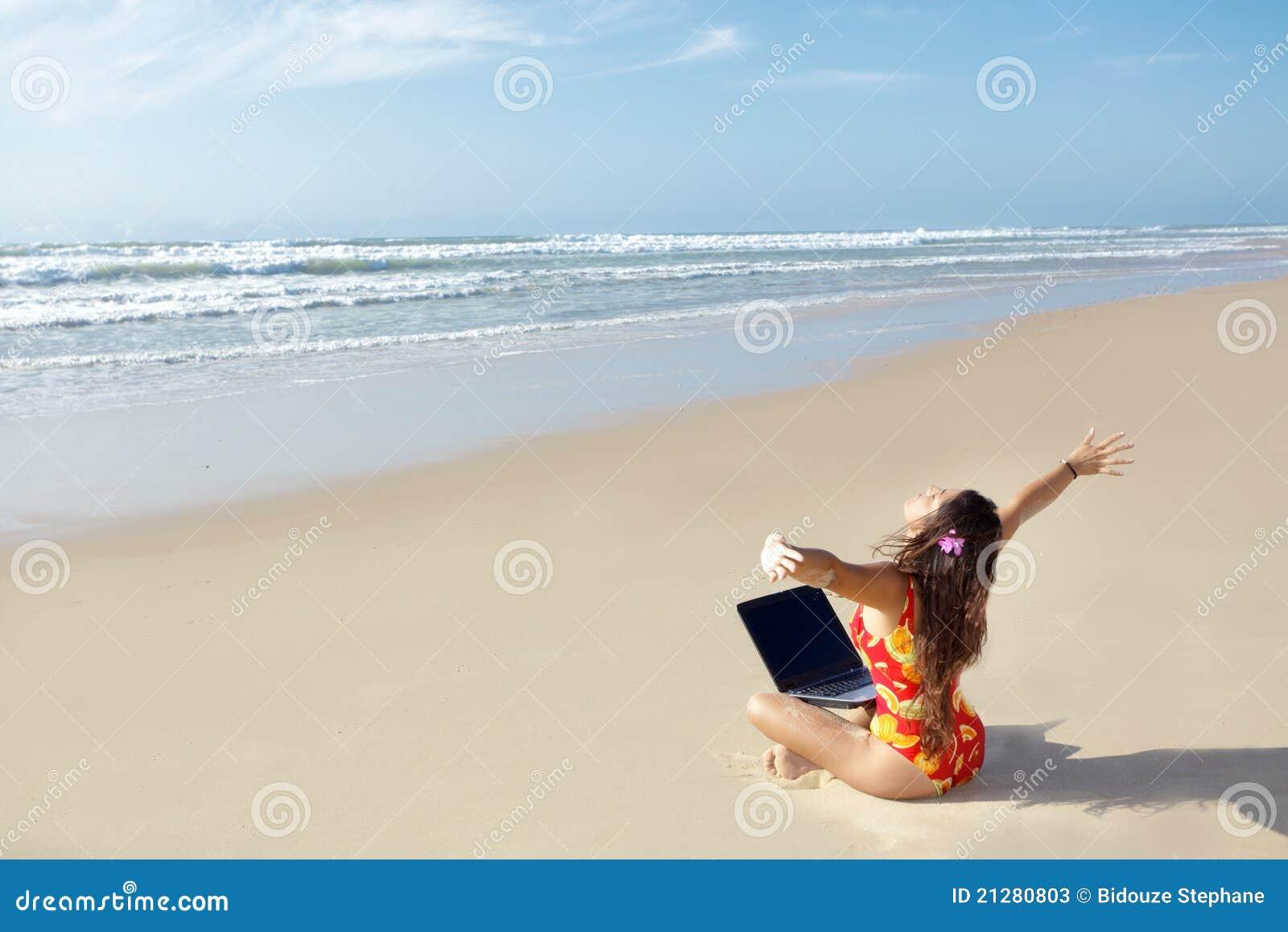Vrouw met computer op strand