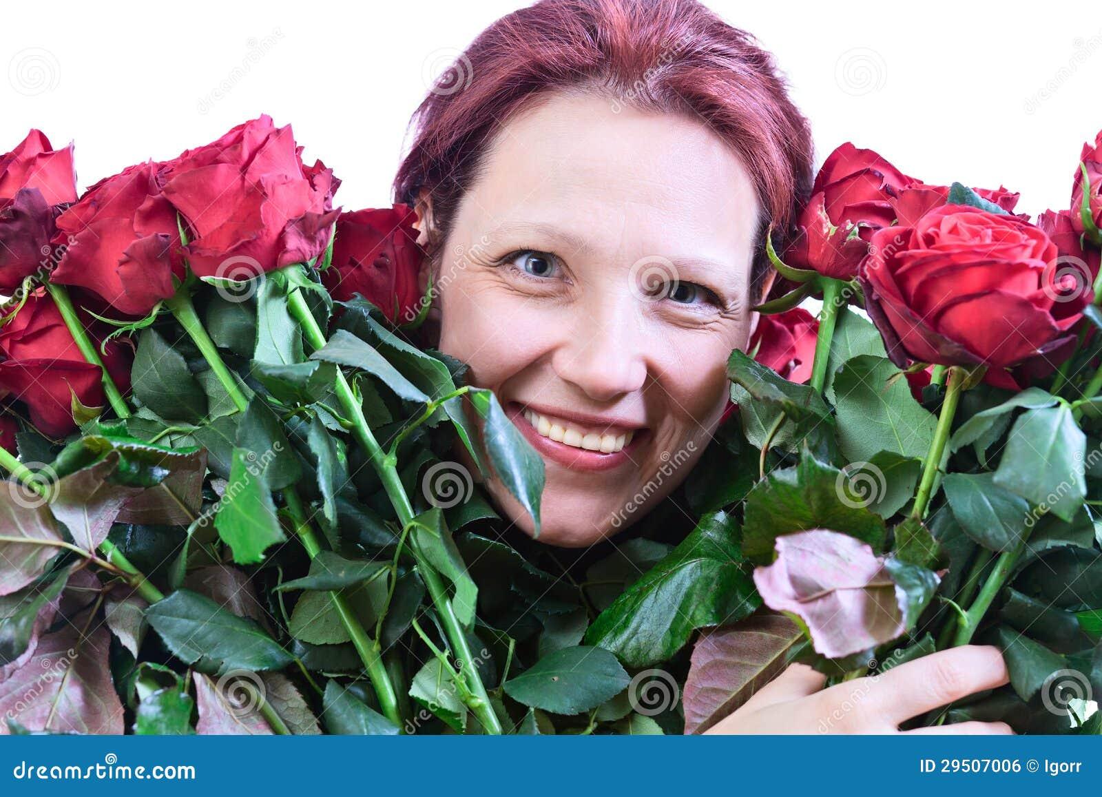 Vrouw met een boeket van rode rozen