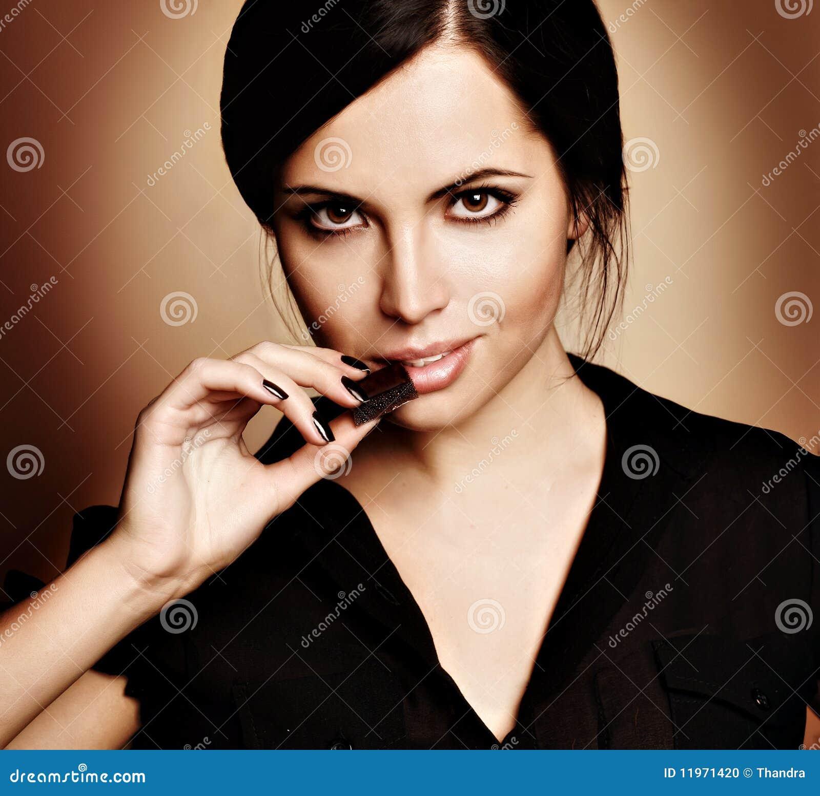 Vrouw met een chocolade