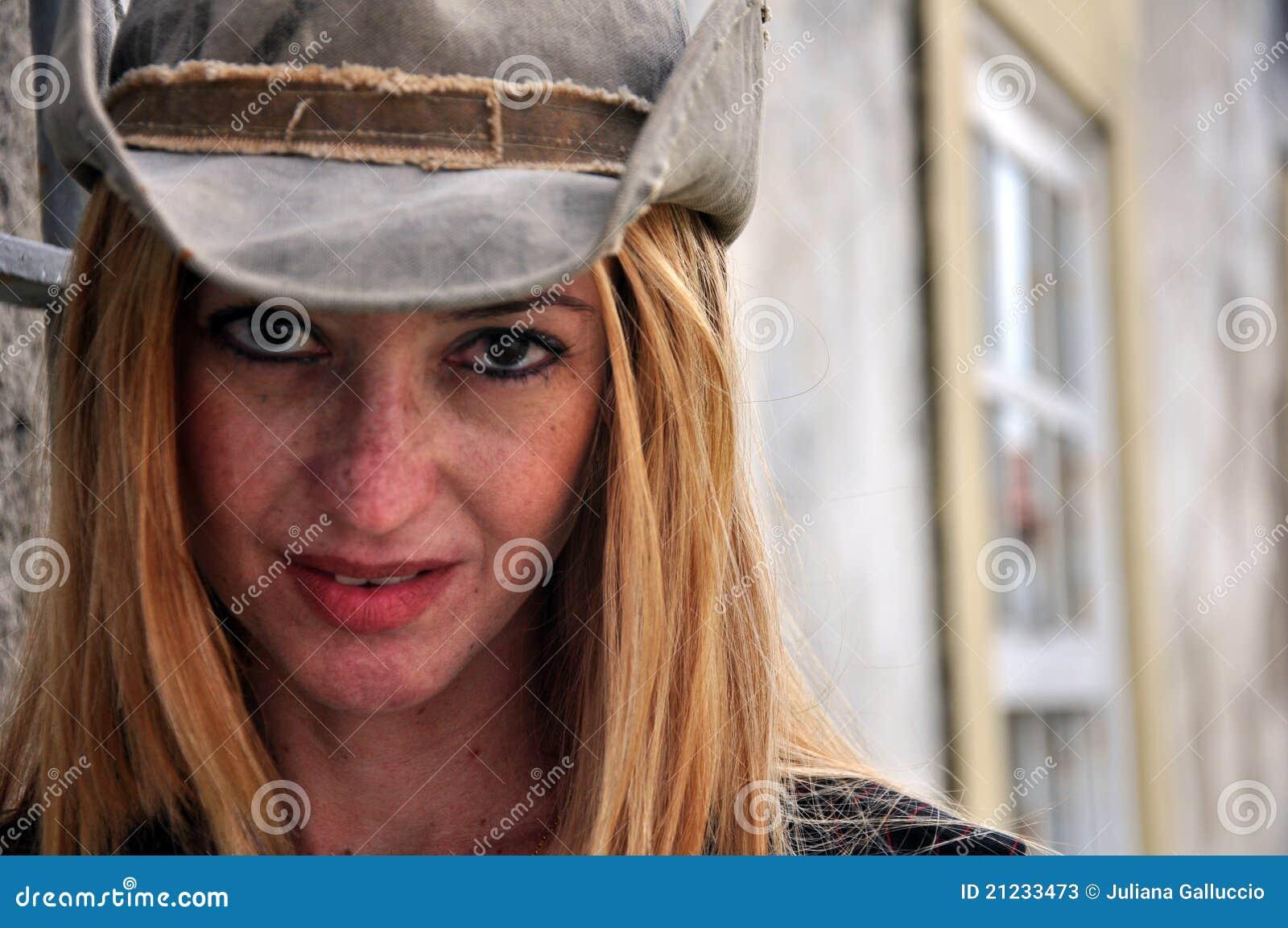 Vrouw met een coboy hoed