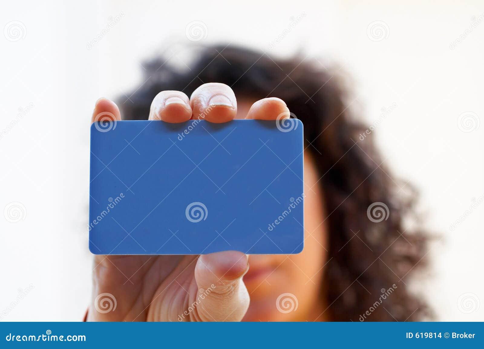 Vrouw met een creditcard op haar hand