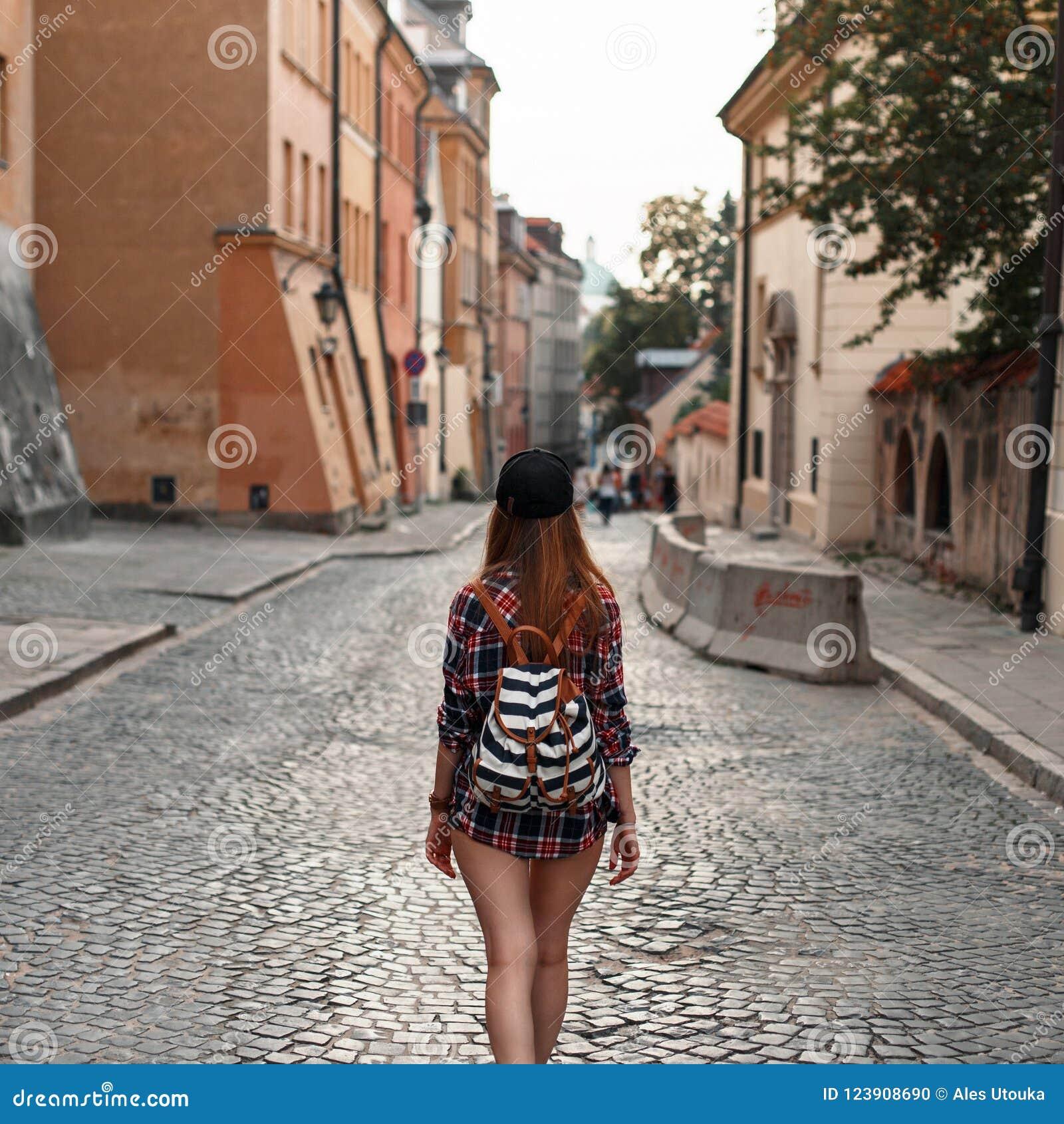 Vrouw met een rugzak die rond de stad lopen Euro-reis